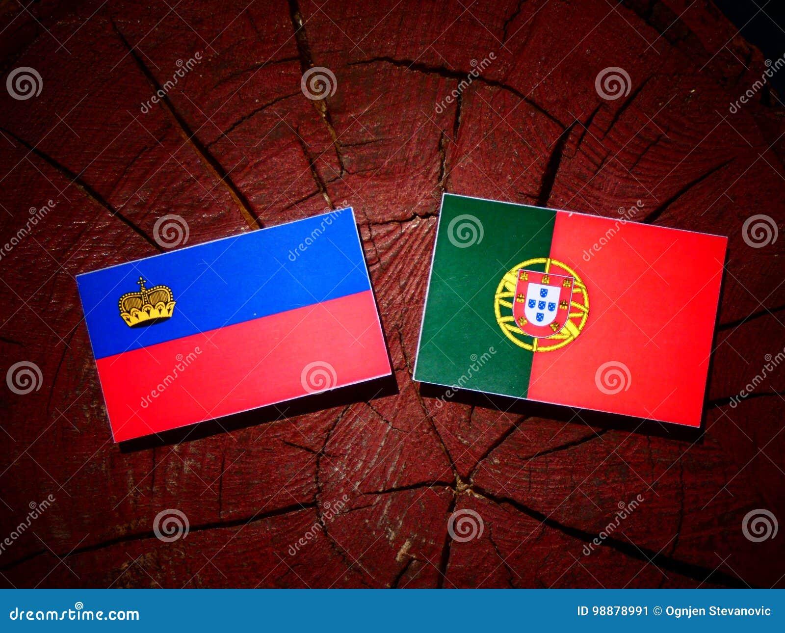 与葡萄牙旗子的列支敦士登旗子在被隔绝的树桩