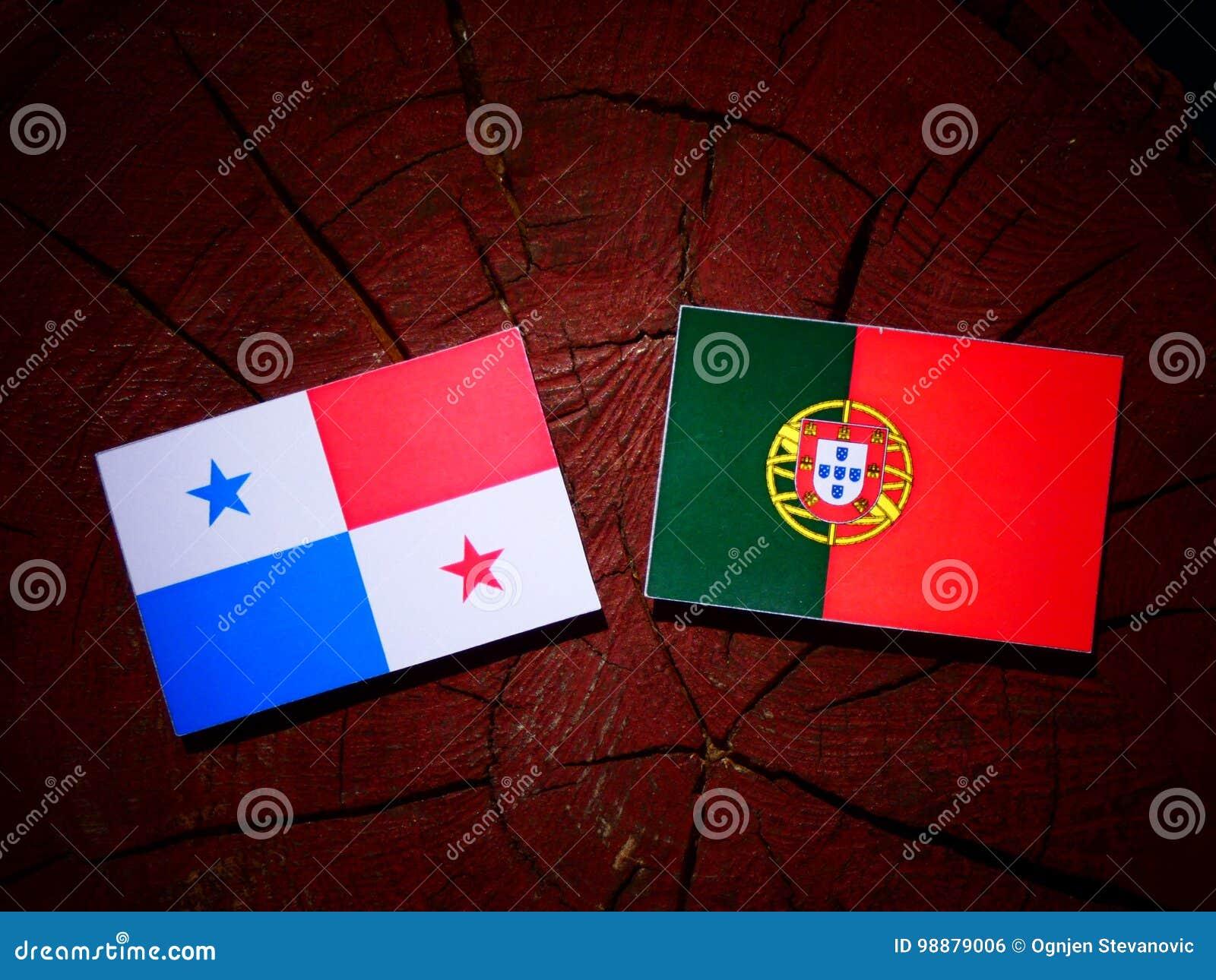 与葡萄牙旗子的巴拿马旗子在被隔绝的树桩