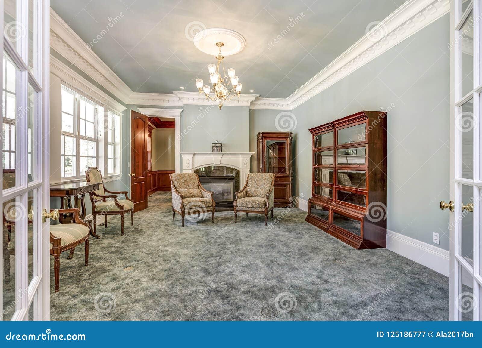与葡萄酒家具的豪华家庭内部