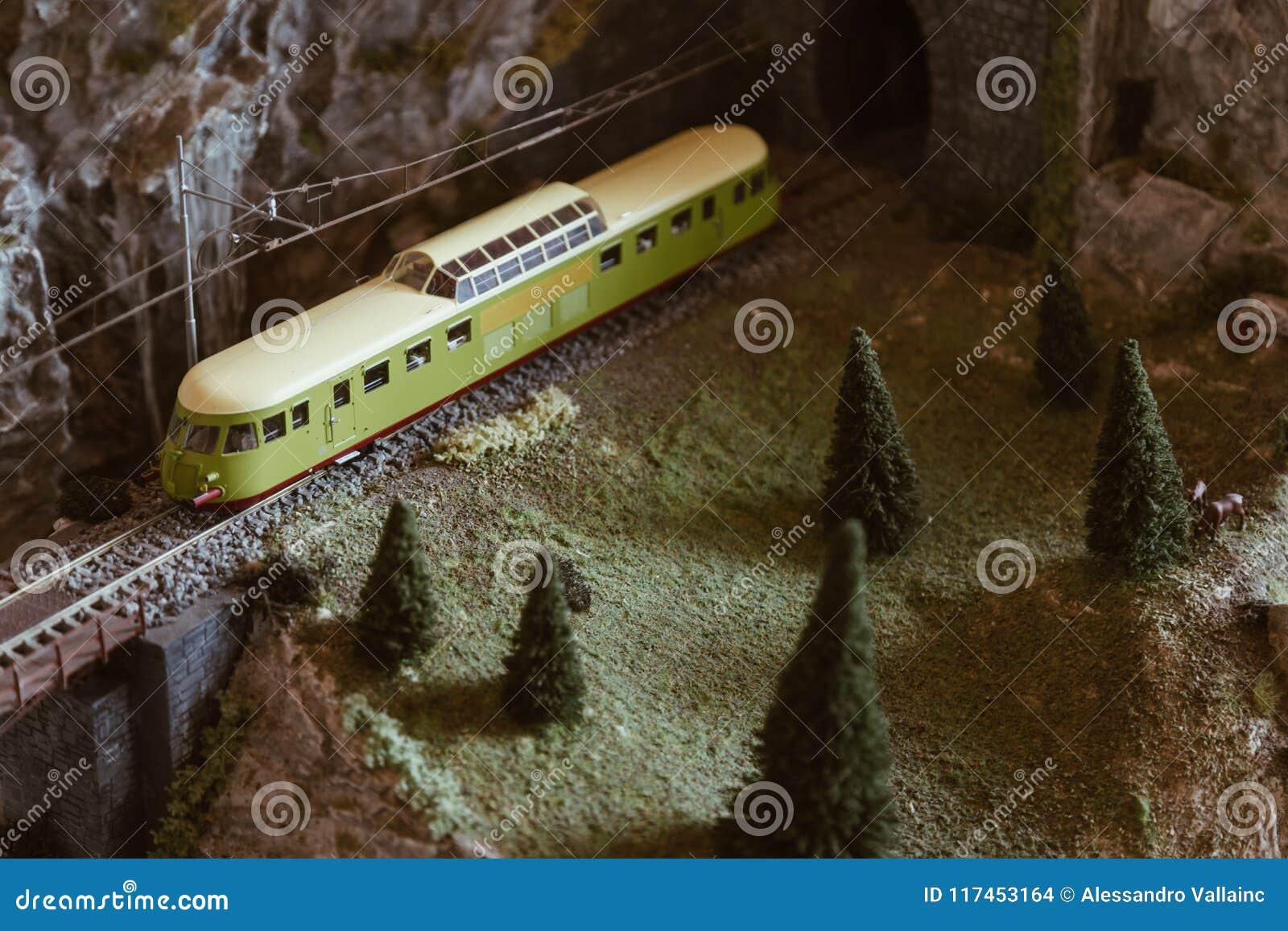 与葡萄酒火车的山铁路在微型模型