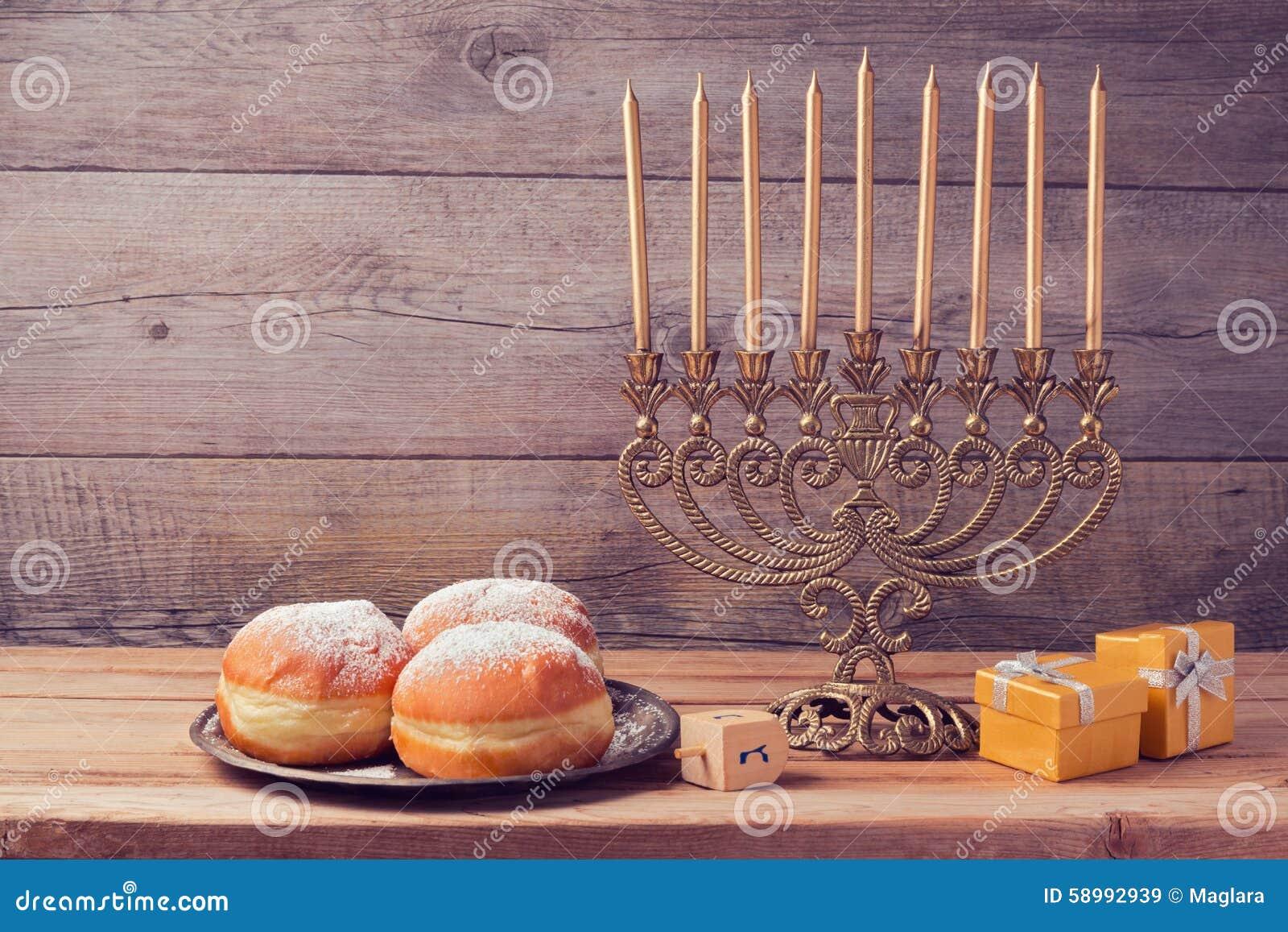 与葡萄酒menorah的犹太假日光明节庆祝在木背景