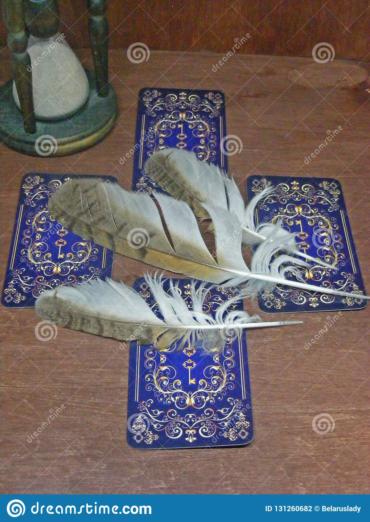 与蓝色后面设计、老滴漏和猫头鹰羽毛的占卜用的纸牌