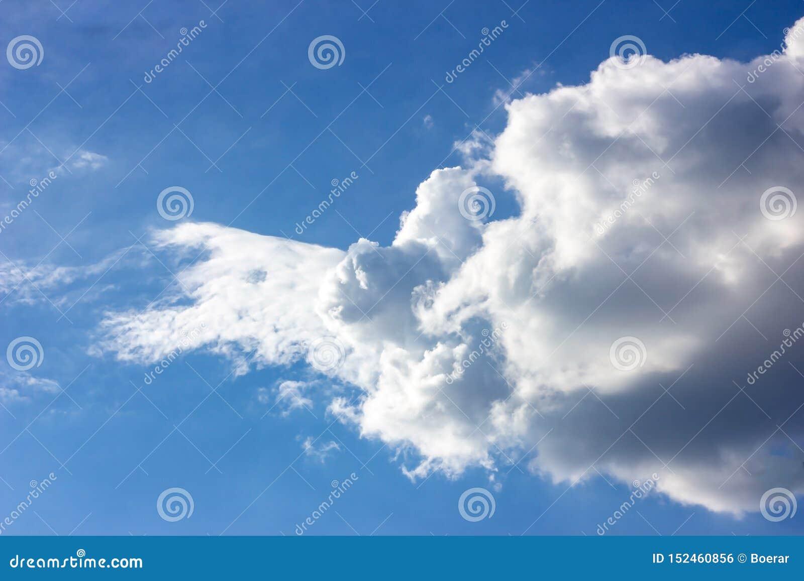 与蓬松云彩的简单的美丽的阴沉的天空蔚蓝在夏天早晨和平天作为背景