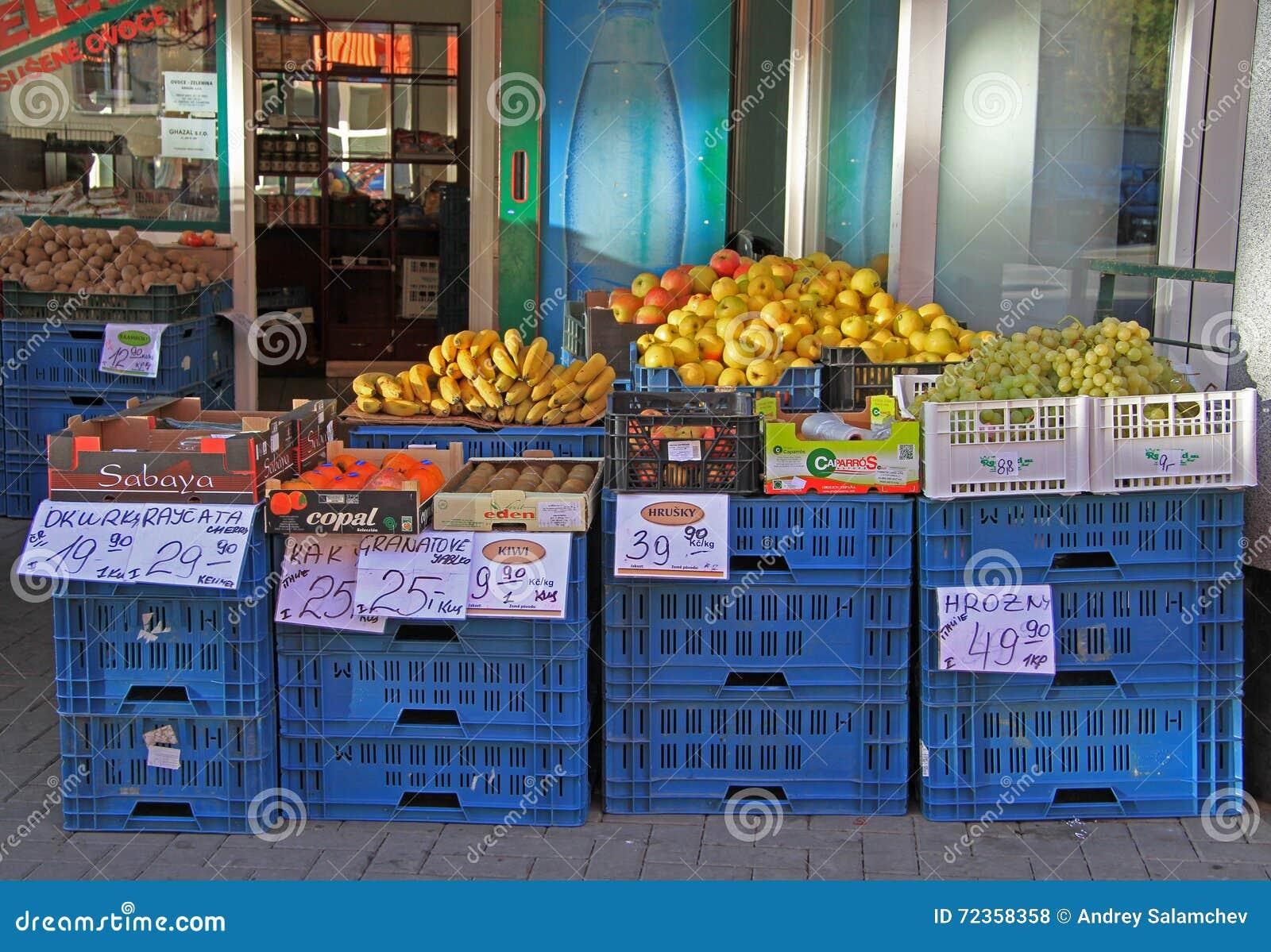 与蔬菜和水果的室外立场在布尔诺,捷克语