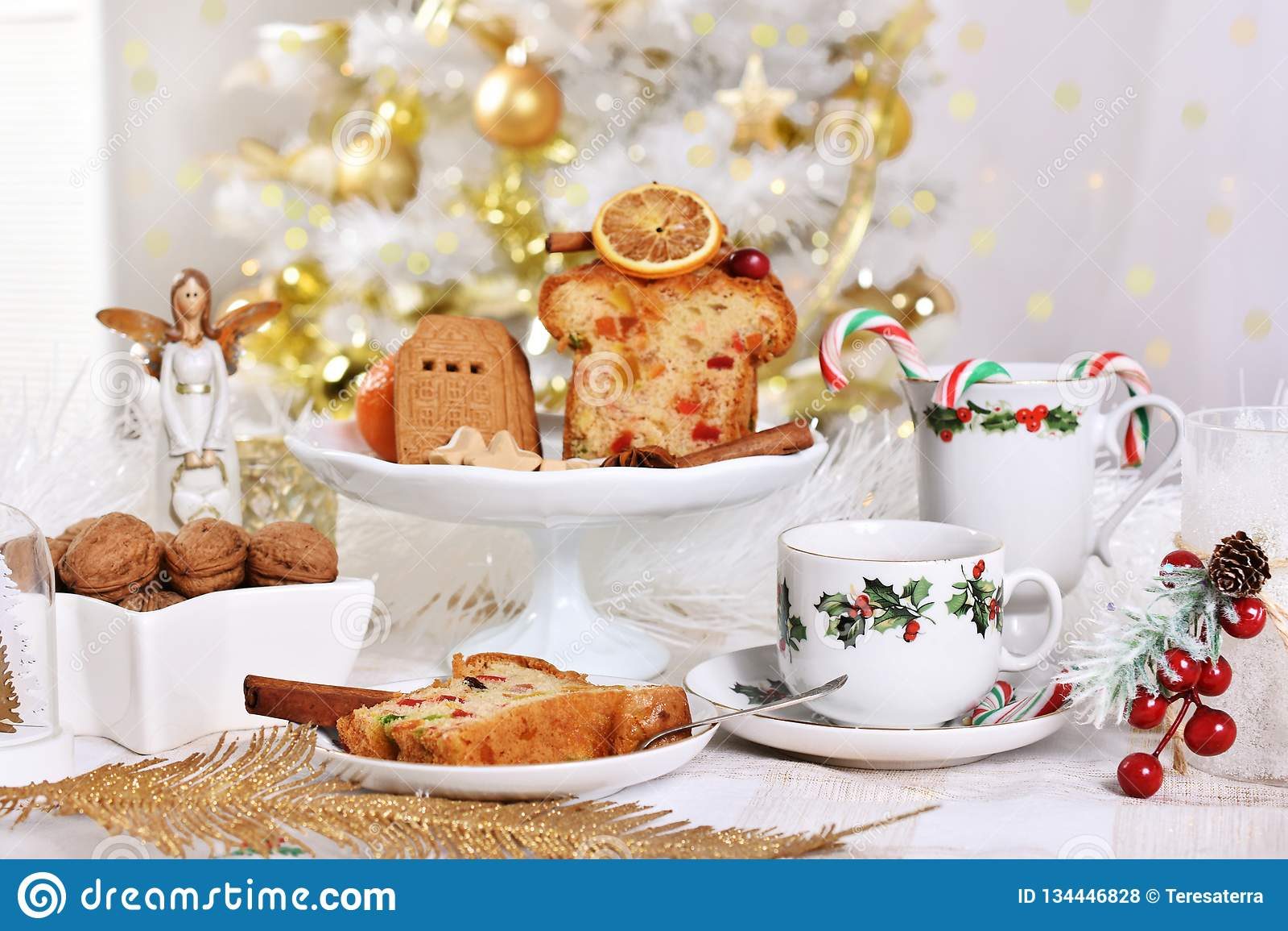 与蛋糕和甜点的圣诞节桌