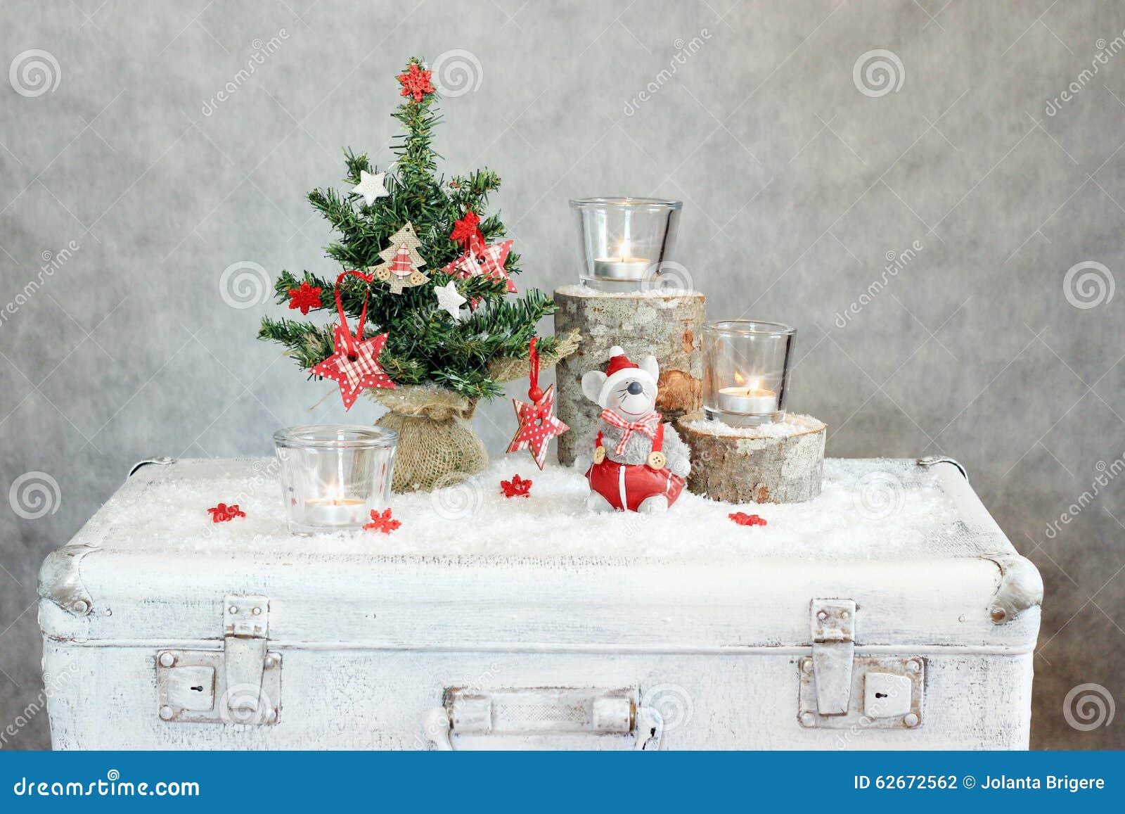 与蜡烛和树的圣诞节灰色背景