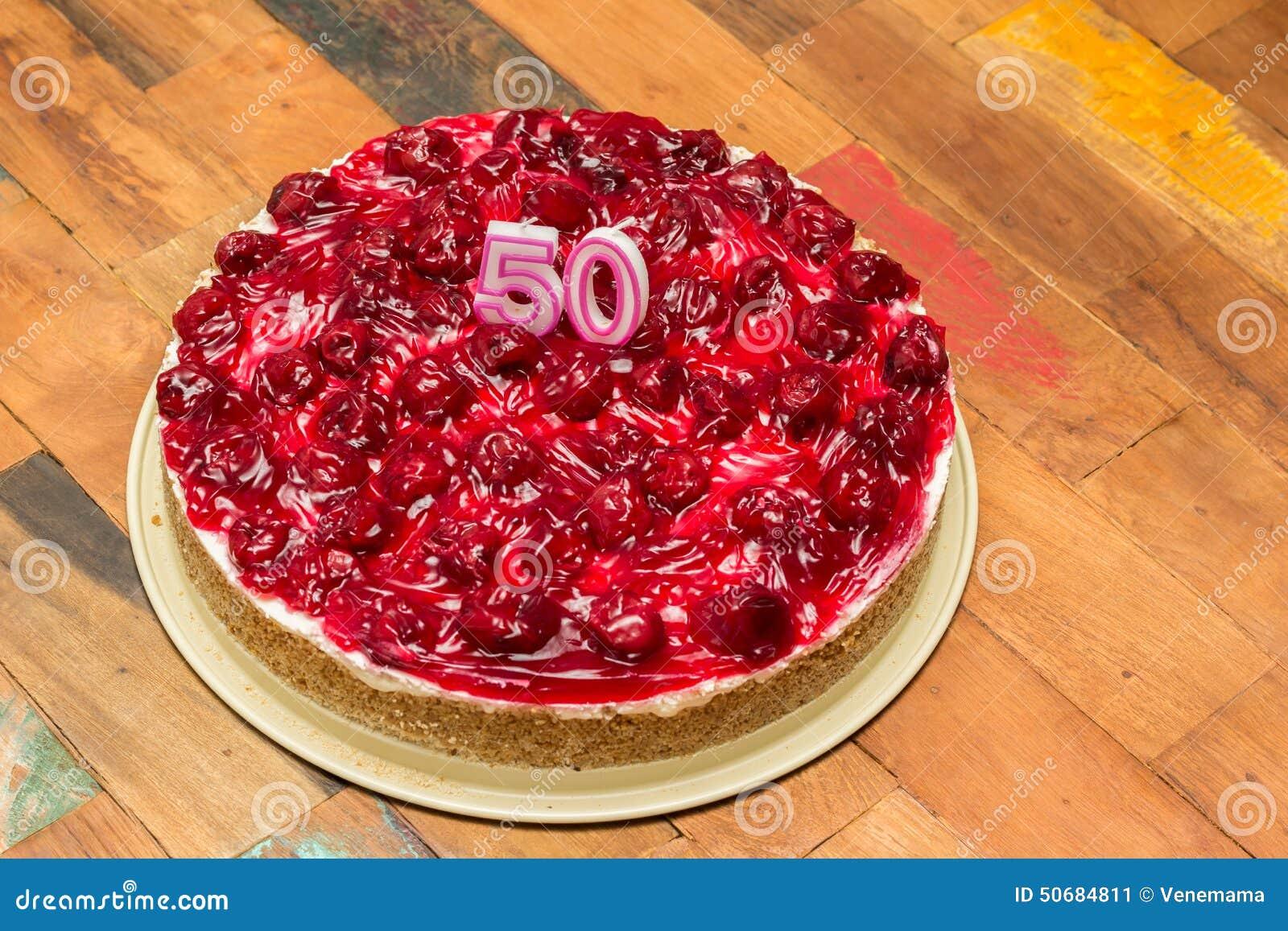 Download 与蜡烛的樱桃乳酪蛋糕为第50个生日 库存图片. 图片 包括有 乳酪蛋糕, 新鲜, 五十, 酥皮点心, 蛋糕 - 50684811
