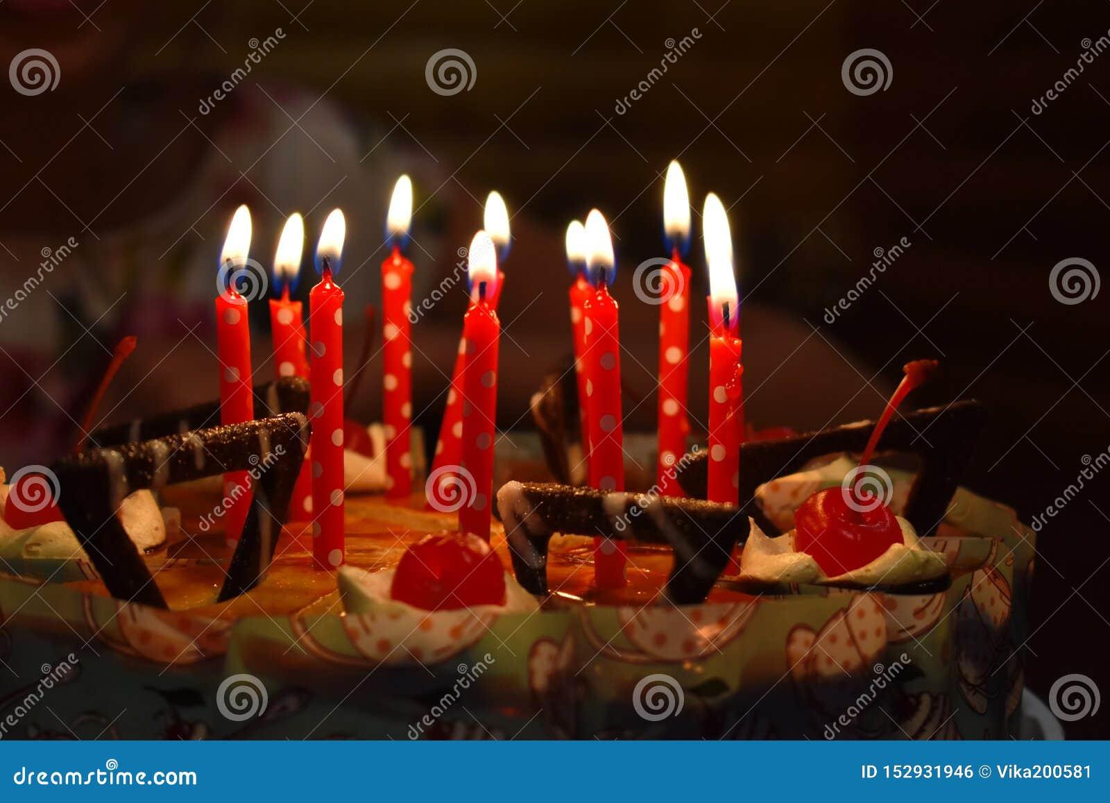 与蜡烛的欢乐巧克力蛋糕