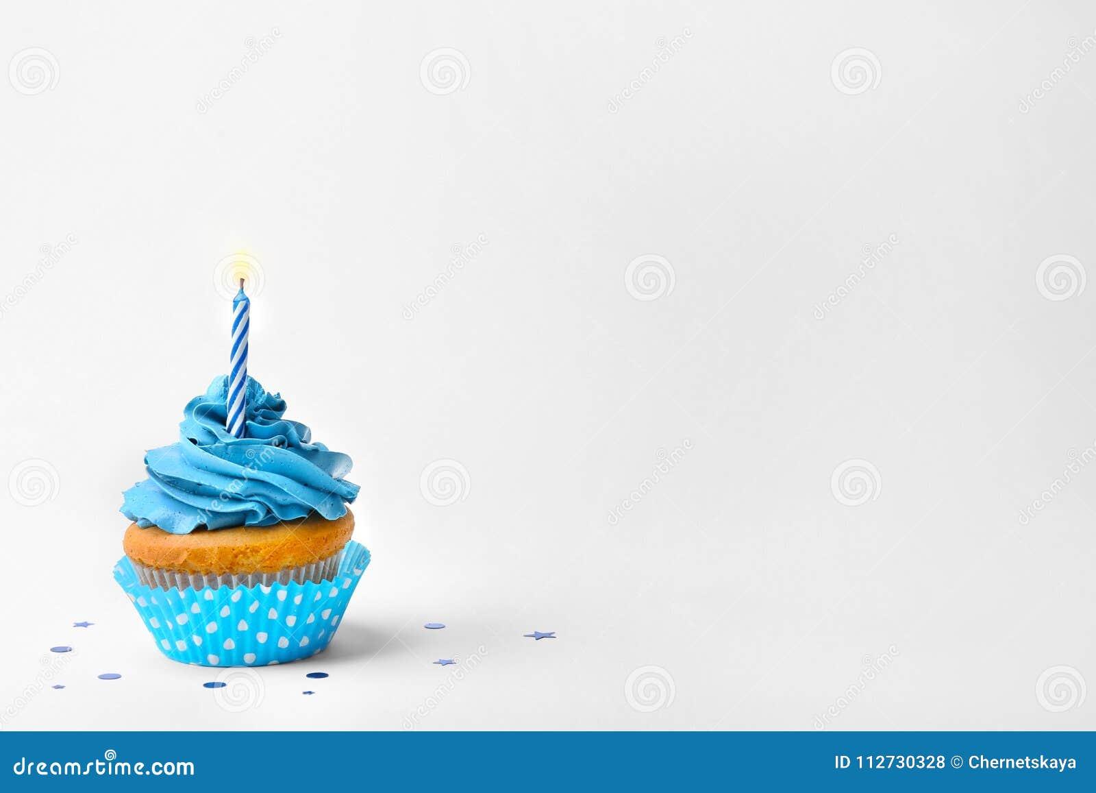 与蜡烛的生日杯形蛋糕