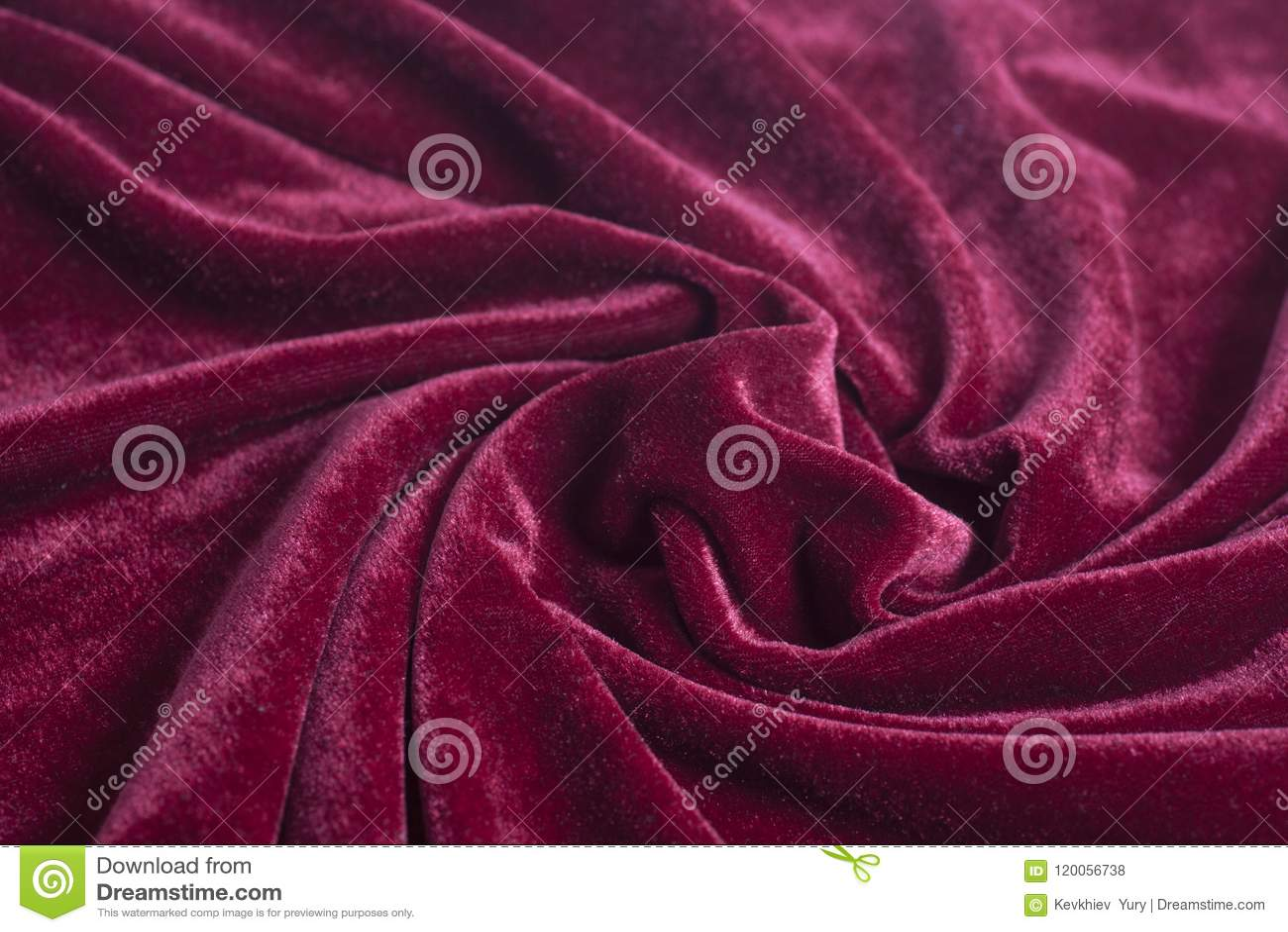 与螺旋折叠的红色天鹅绒织品