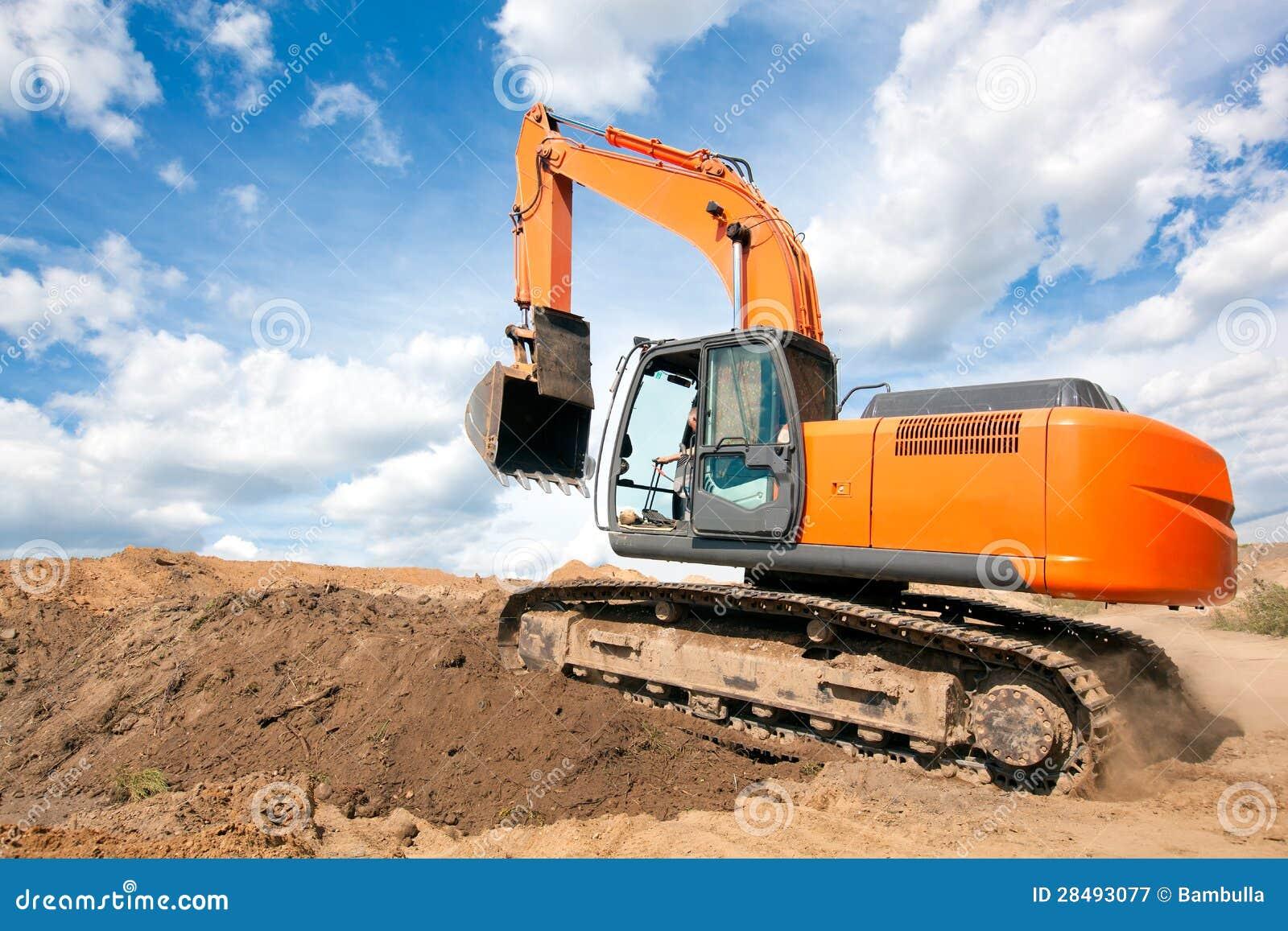 与被上升的时段的挖掘机移动在地球运动的工作期间