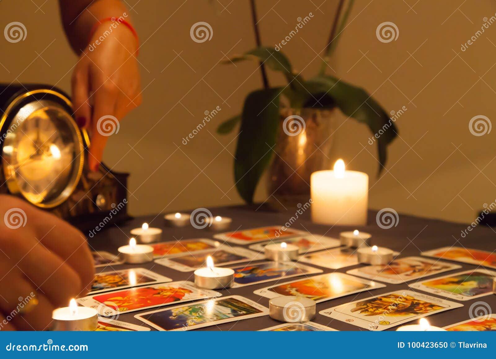 与被射击的蜡烛和纸牌的神秘的算命