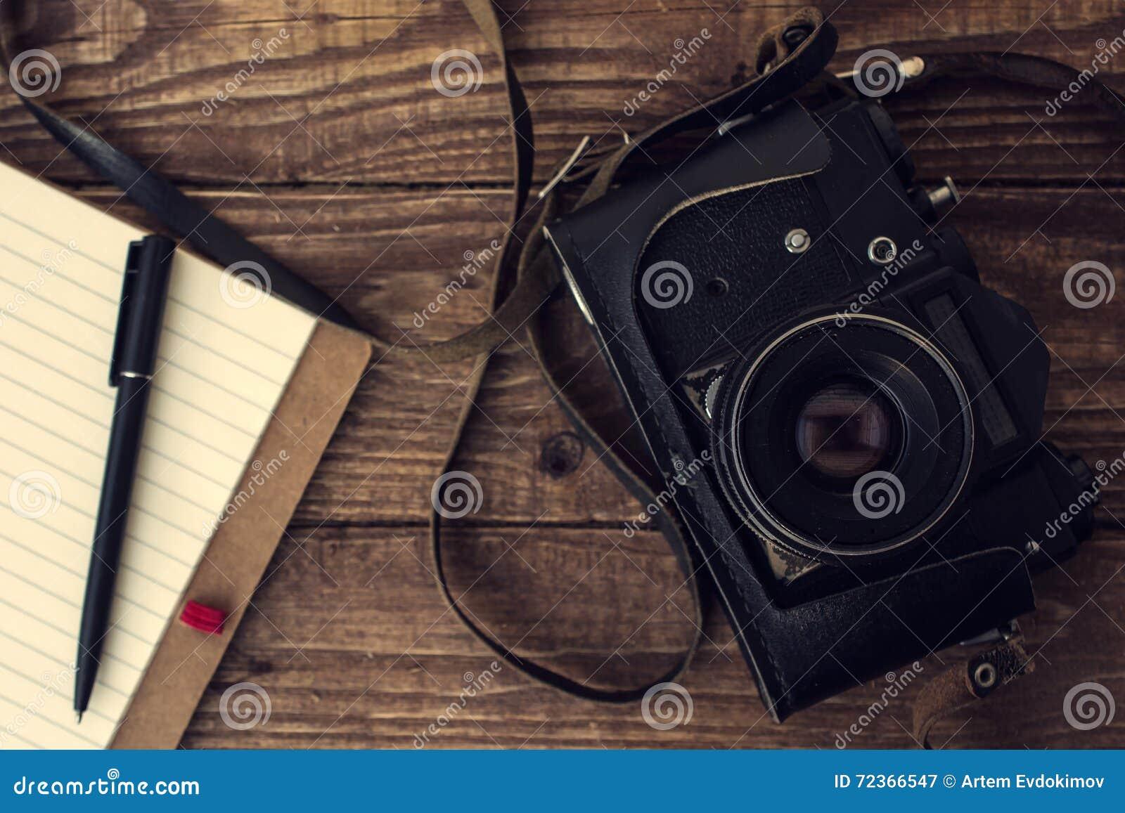 与被排行的笔记本的老减速火箭的在葡萄酒木b的照相机和笔
