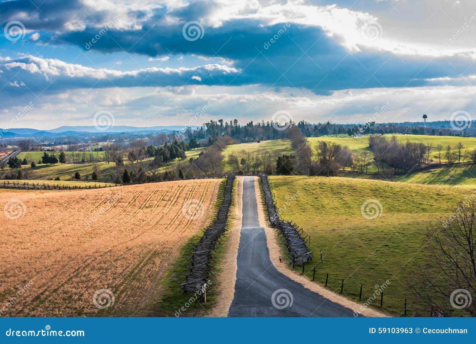 与被铺的路的农村场面