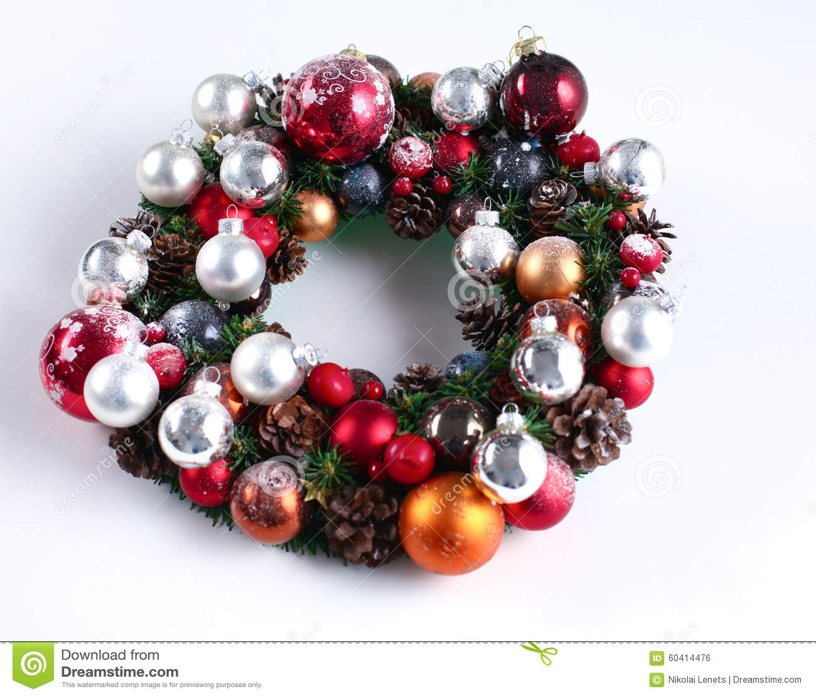 与被隔绝的装饰的绿色圣诞节花圈