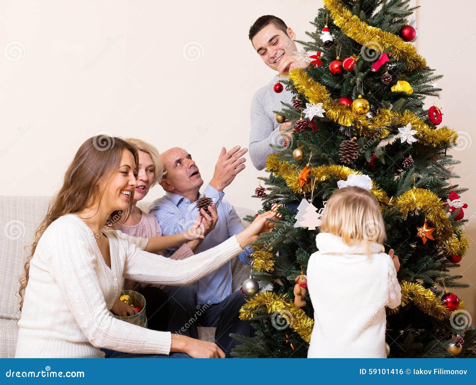 与装饰的圣诞树的家庭