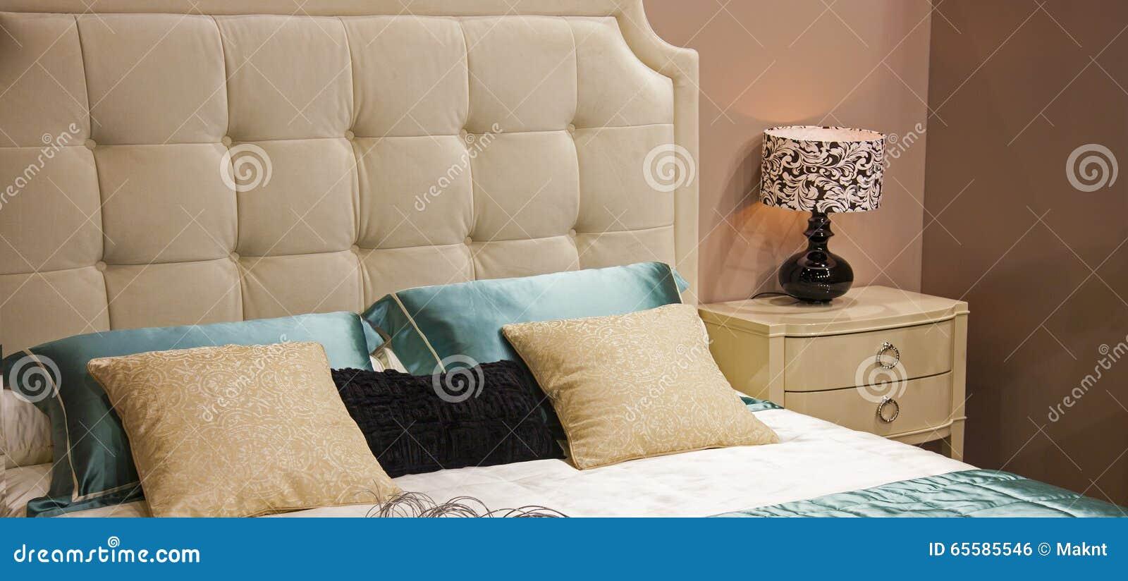 与装饰的床在卧室
