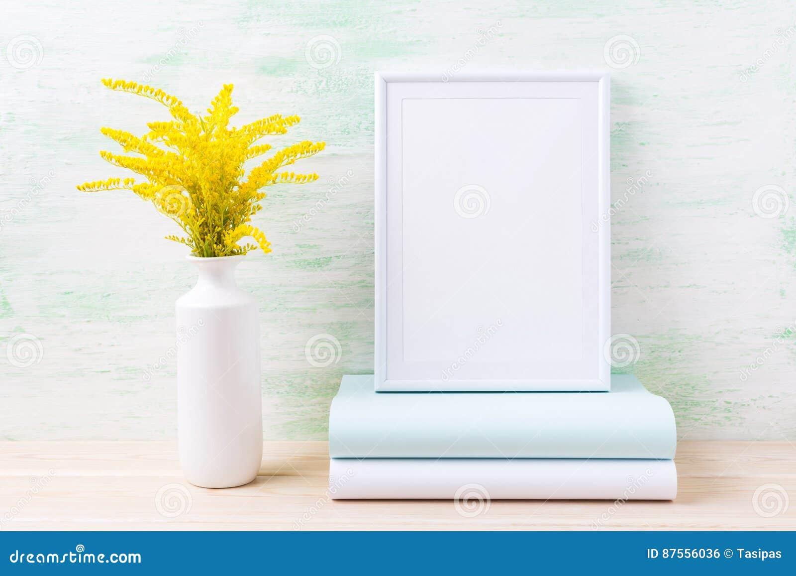 与装饰金黄草和书的白色框架大模型