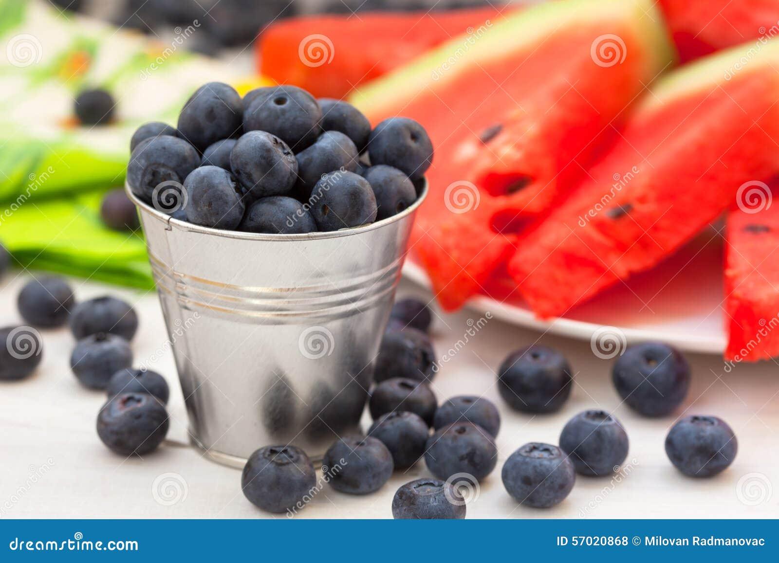 与西瓜切片的新鲜的蓝莓