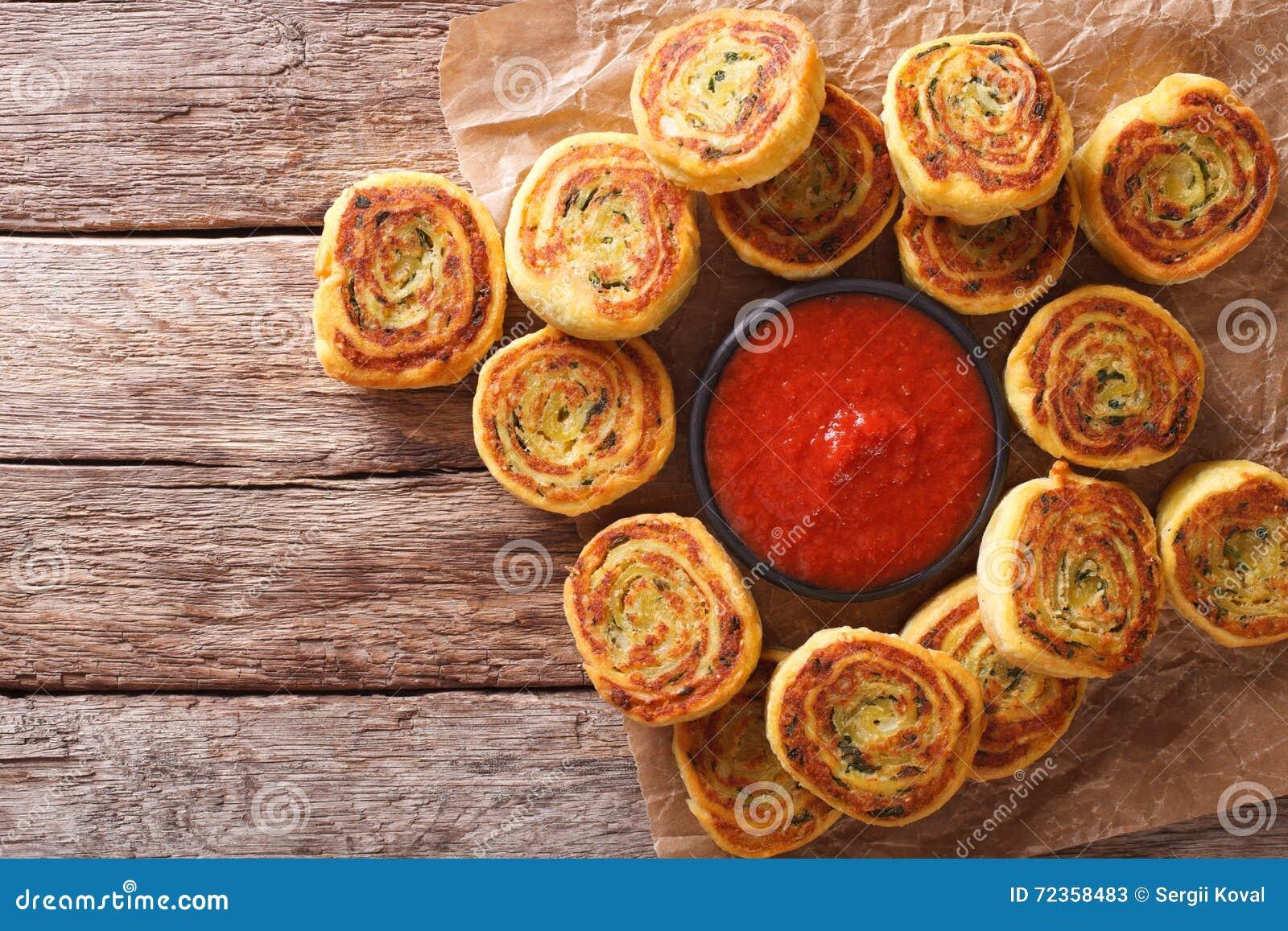 与西红柿酱关闭的被切的土豆卷 水平的名列前茅v