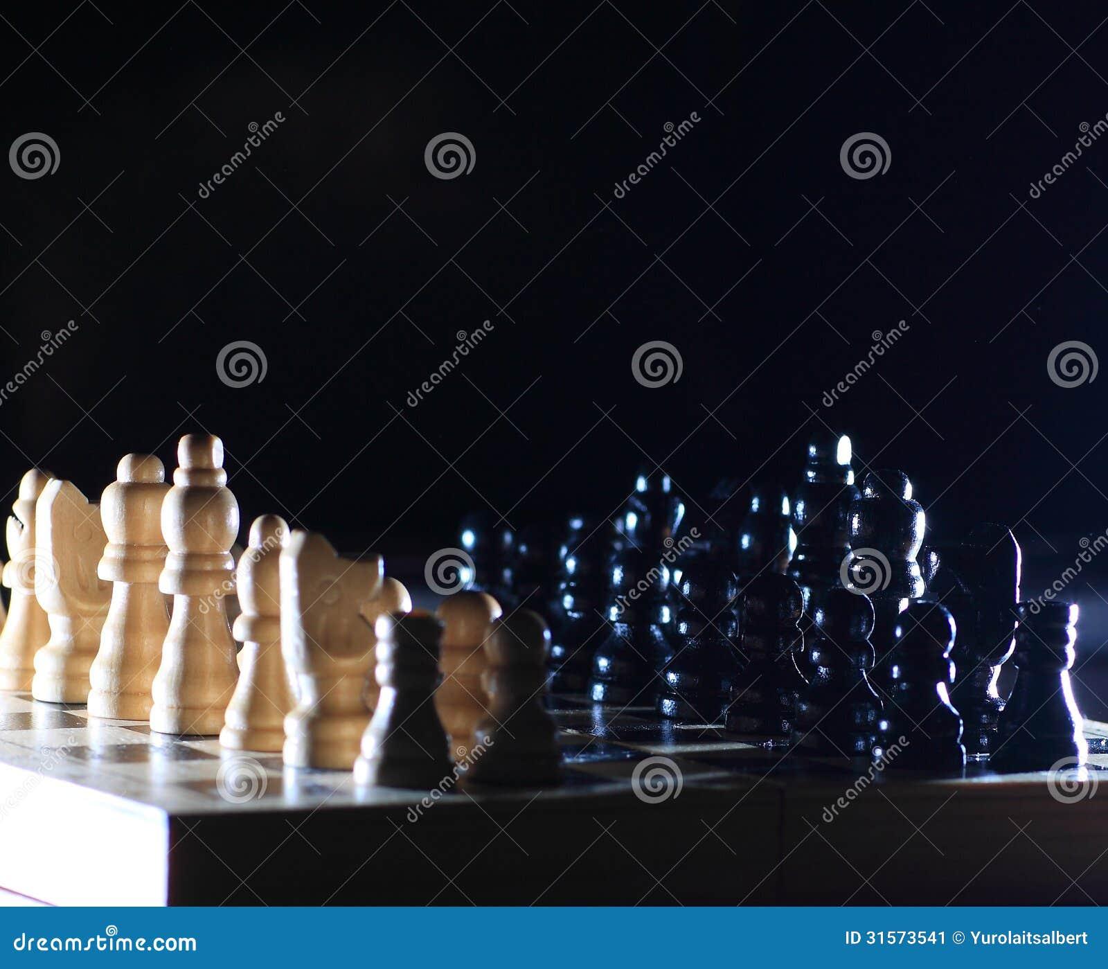 与西洋棋棋子的构成在光滑的棋枰.图片
