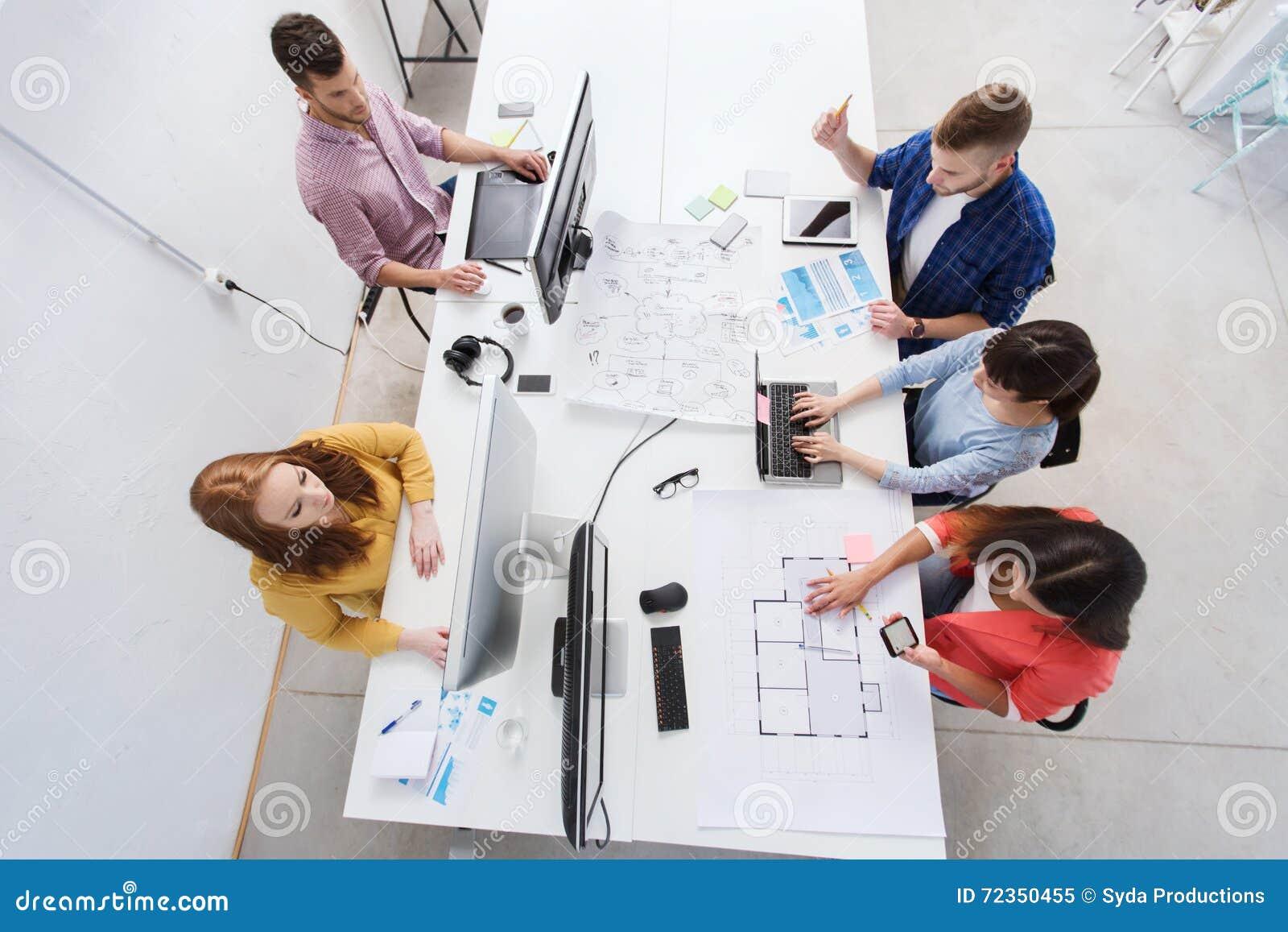 与计算机的创造性的队,图纸在办公室
