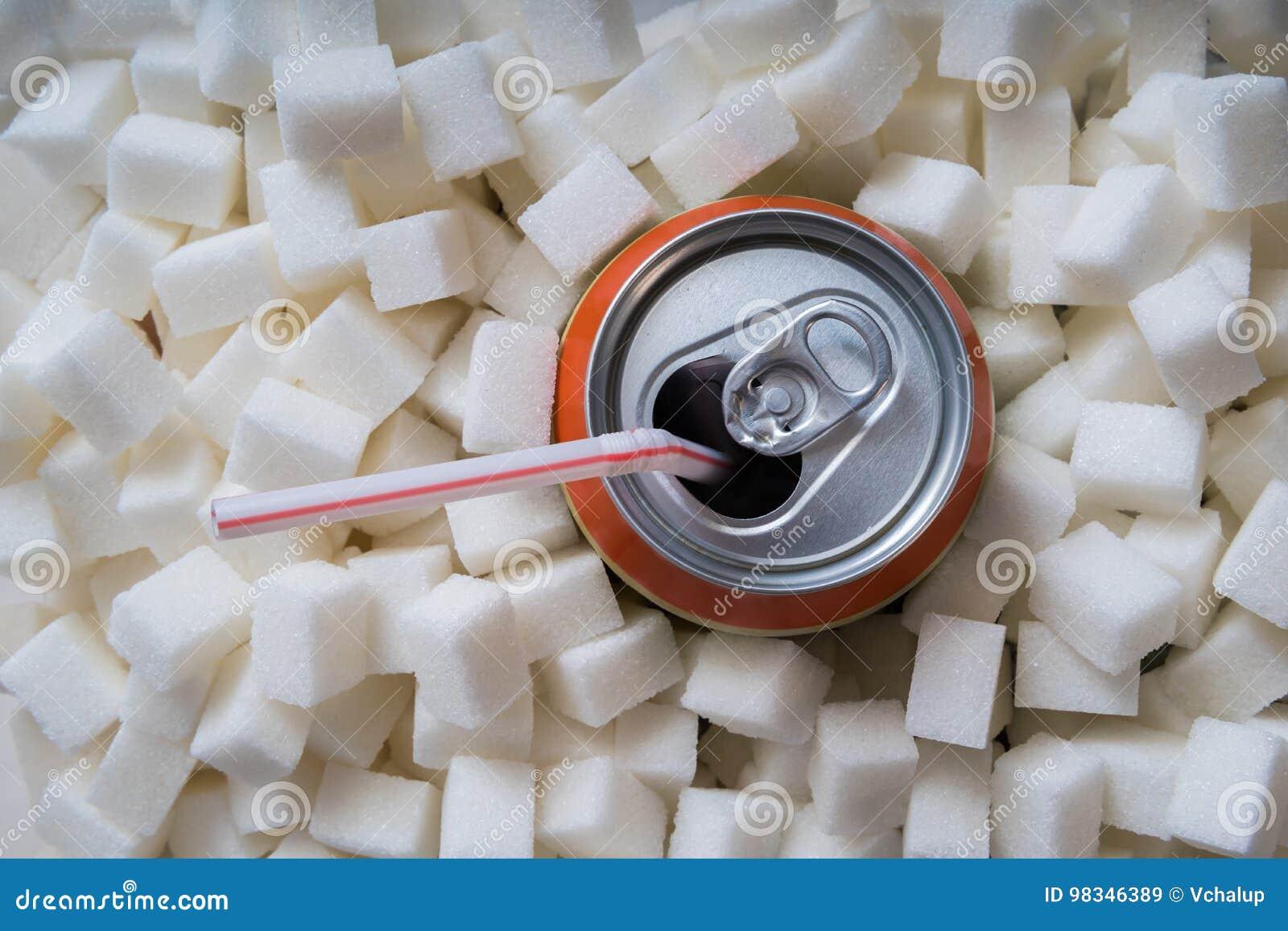 与许多糖立方体的碳酸化合的苏打饮料 概念吃不健康