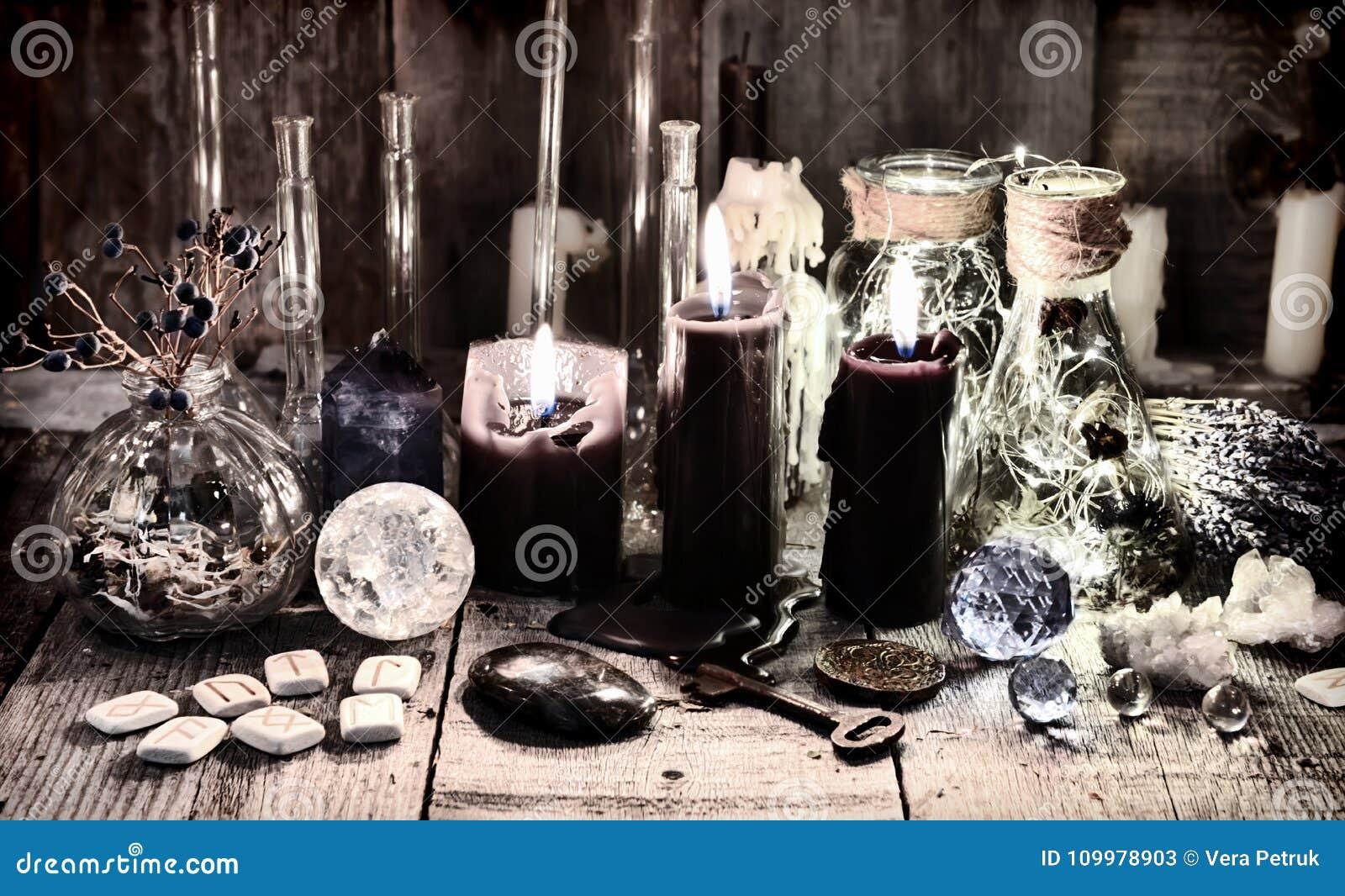 与诗歌、水晶、老钥匙、医治草本和不可思议的礼节对象的黑蜡烛
