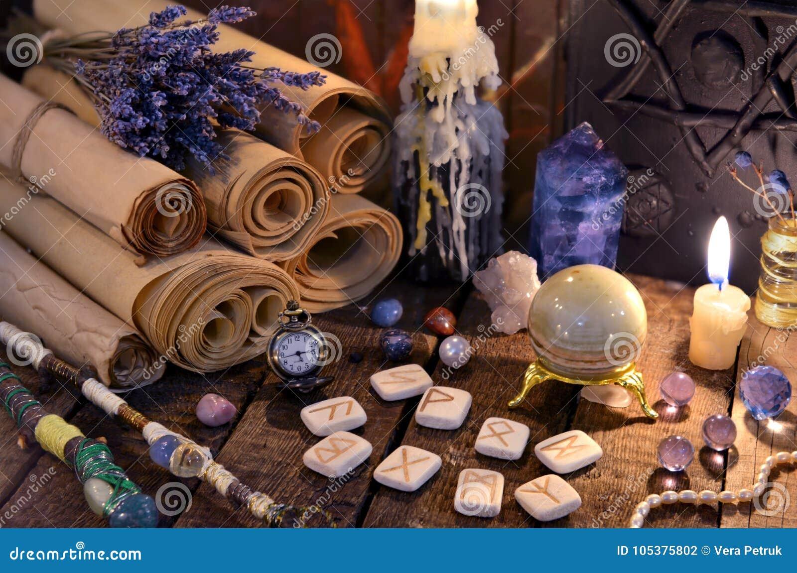 与诗歌和魔术水晶的古老纸纸卷