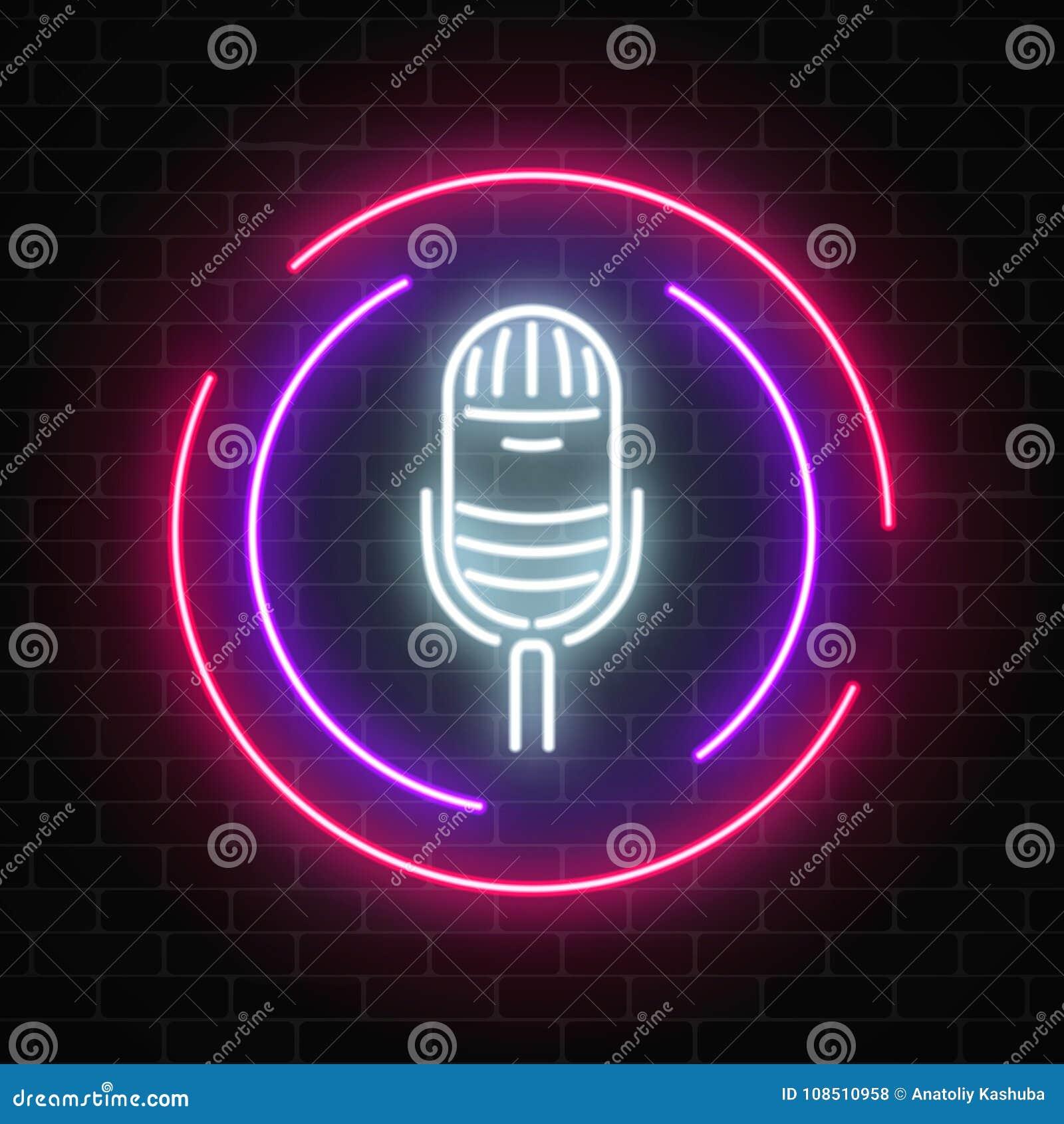 与话筒的霓虹灯广告在圆的框架 有实况音乐象的夜总会