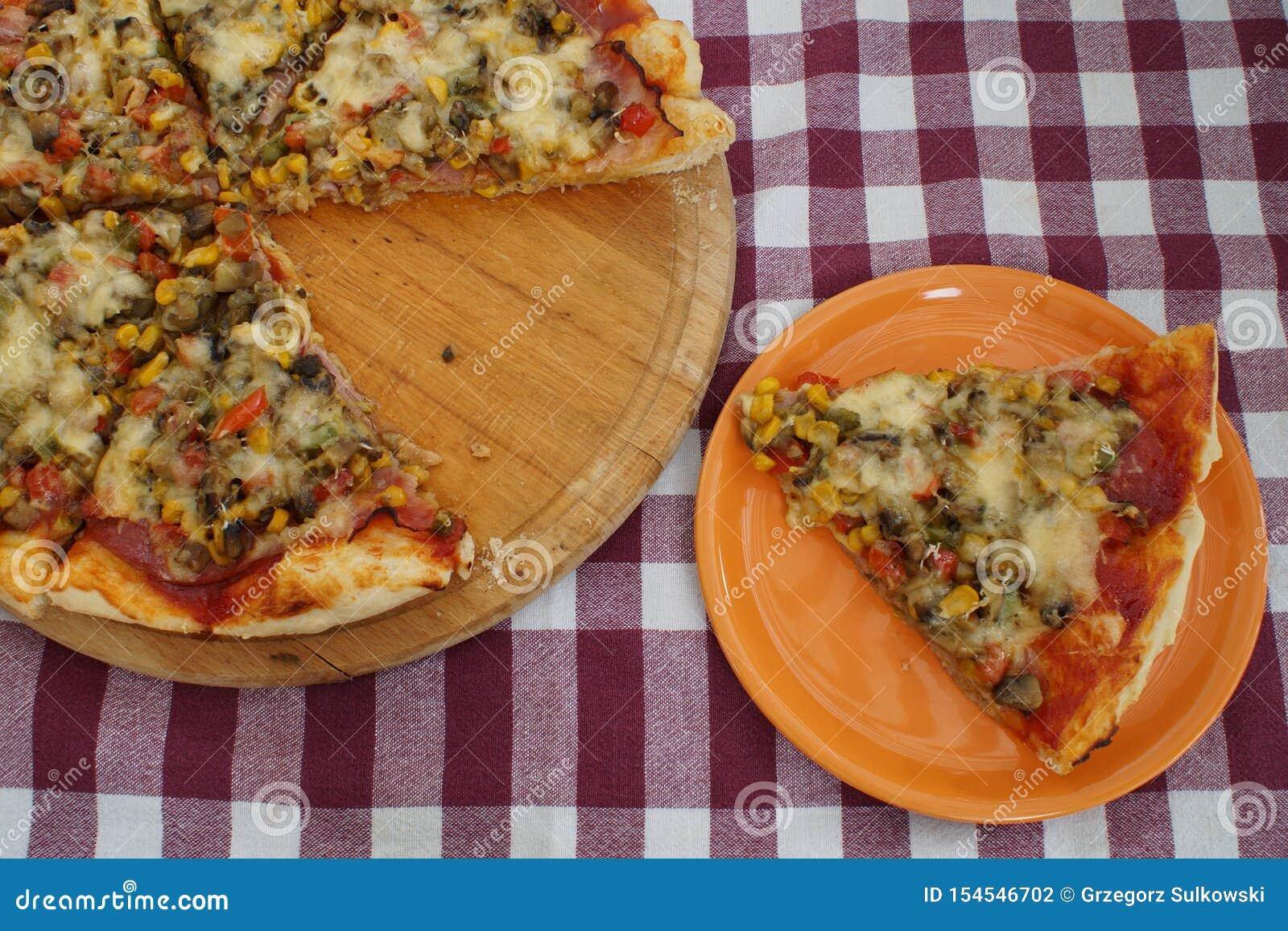 与说谎在它旁边的一个被削减的片断的自创比萨