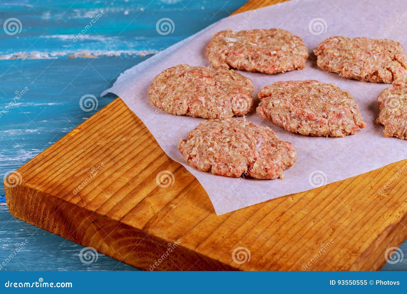 与调味料的未加工的绞细牛肉肉汉堡牛排炸肉排在葡萄酒木板
