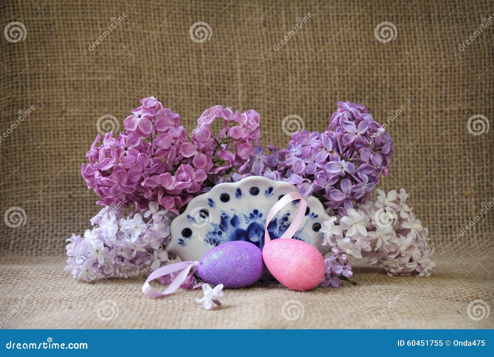 与豪华的花和淡紫色装饰复活节的复活节静物画