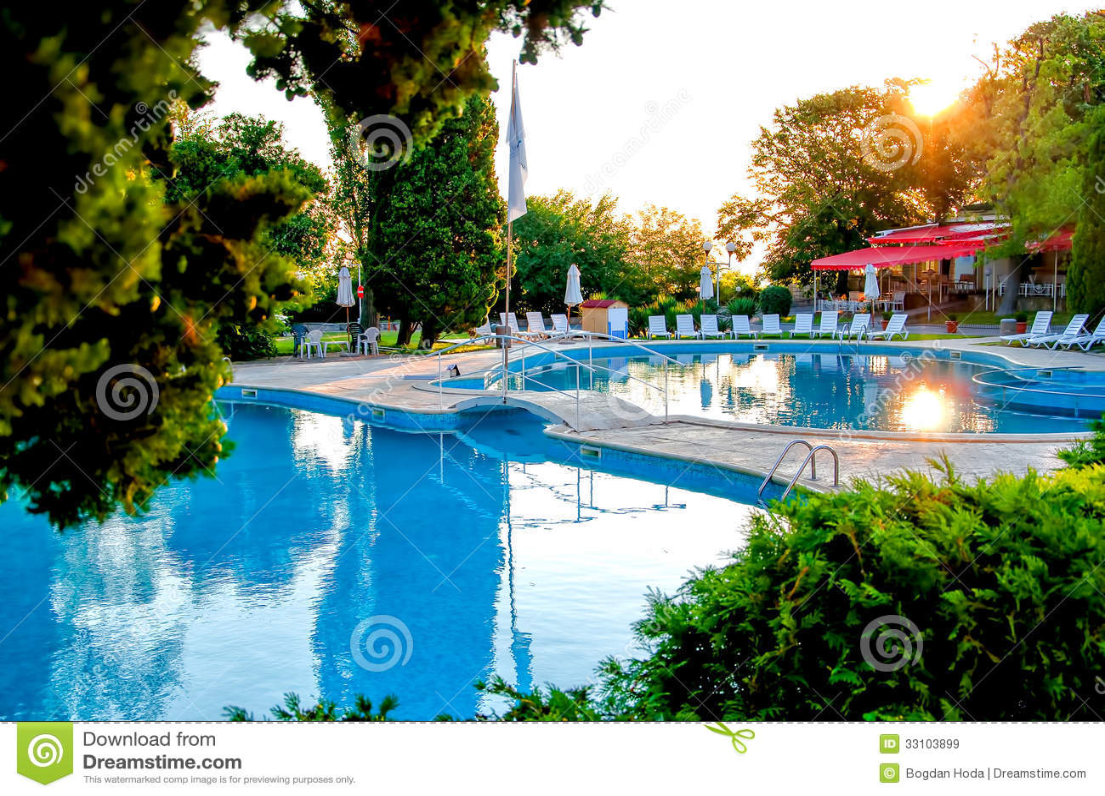 与豪华餐馆和大阳台的热带游泳池
