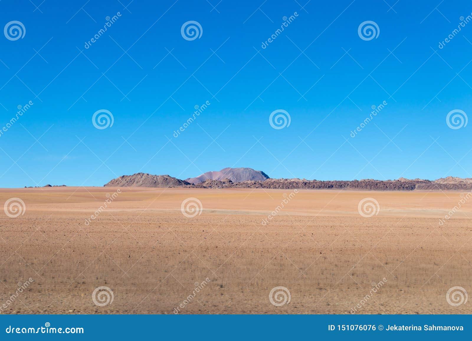与贫瘠沙漠风景的背景在自然保护的Edoardo Avaroa玻利维亚人安地斯,