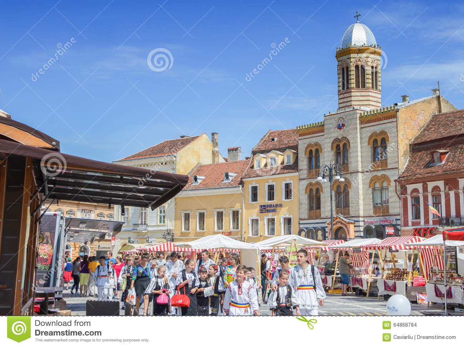 与走在理事会正方形(Piata Sfatului),与市政厅的地标的民间服装孩子的风景中世纪布拉索夫的