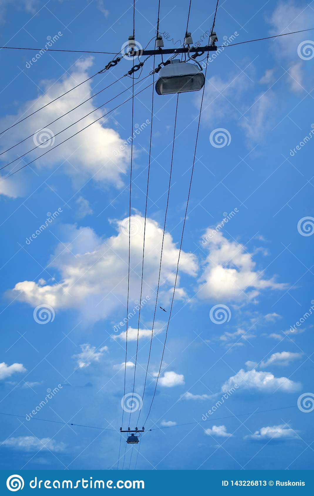 与路灯到底的电线在天空蔚蓝背景中
