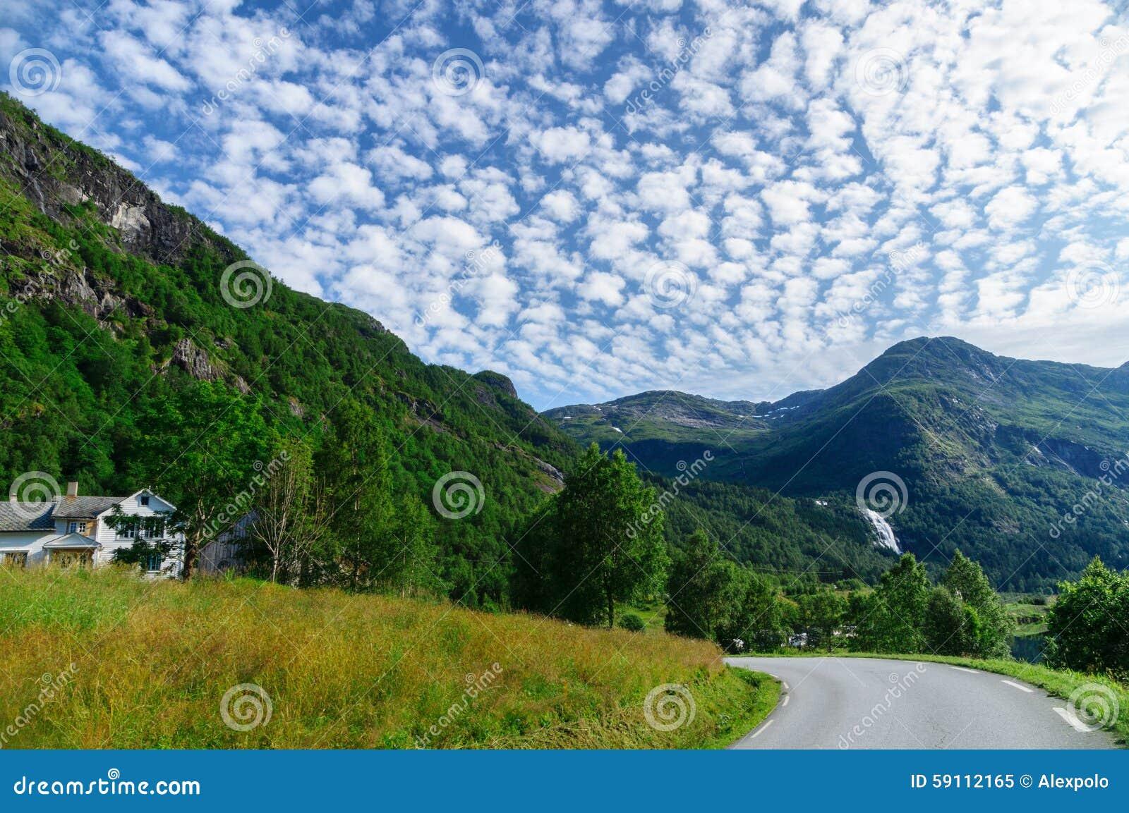 与转动的路和卷层云的山风景