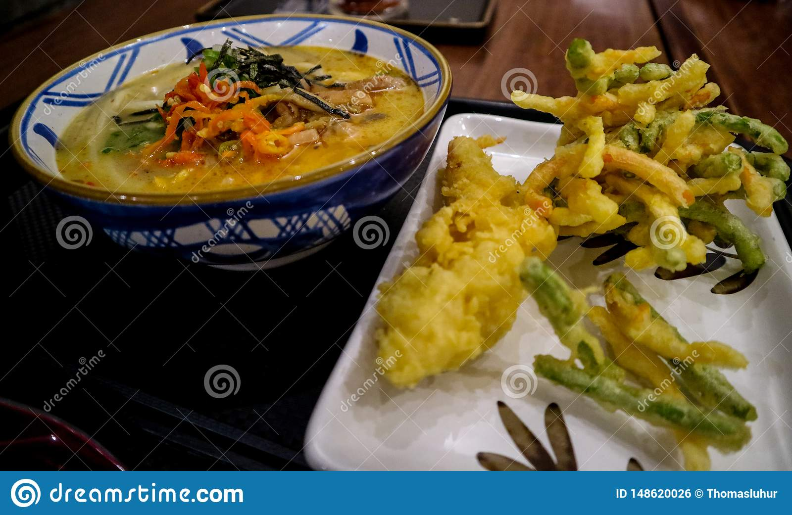 与辛辣料理的日本风格面条加上温暖的饮料
