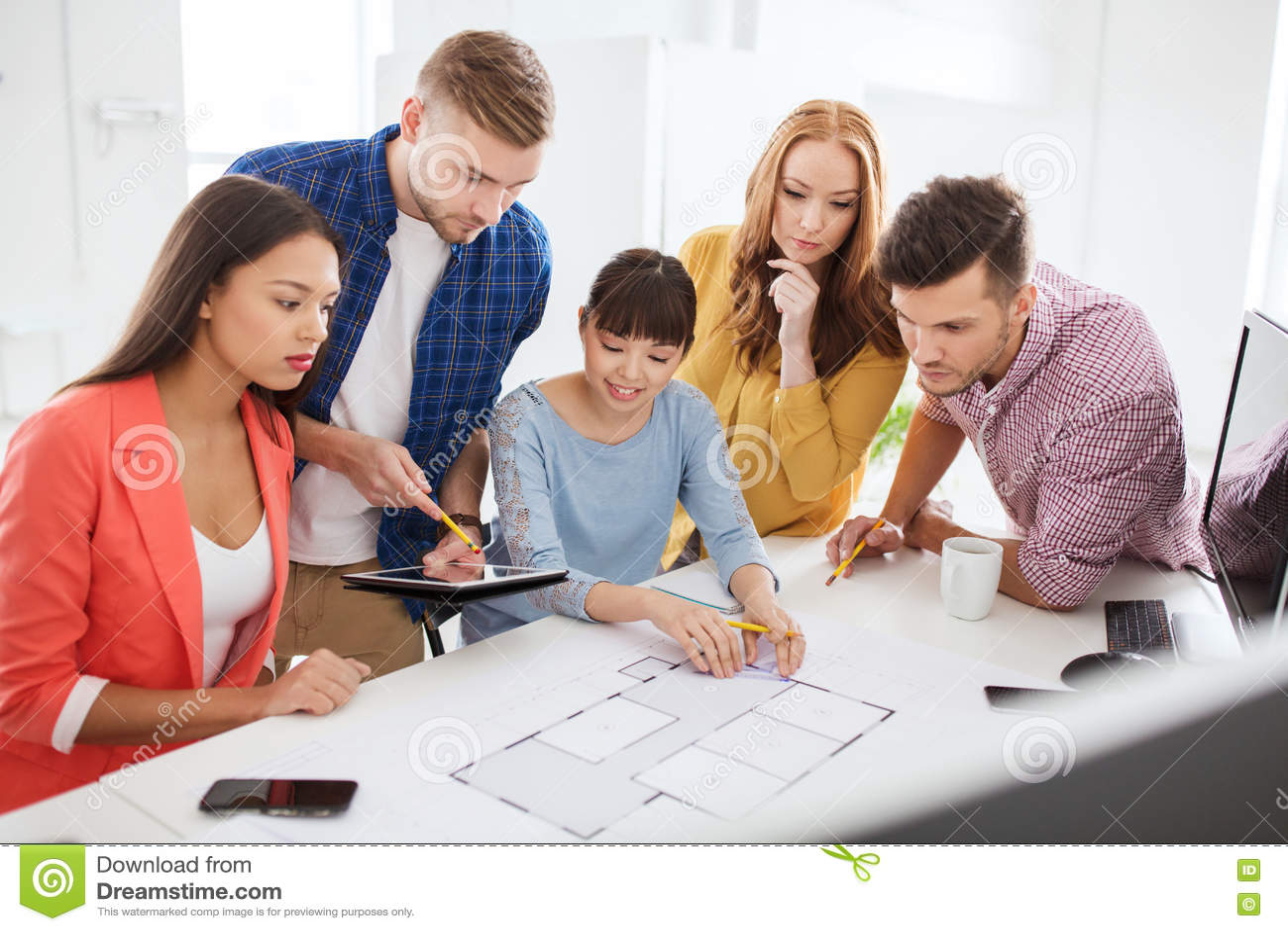 与运作在办公室的图纸的创造性的队