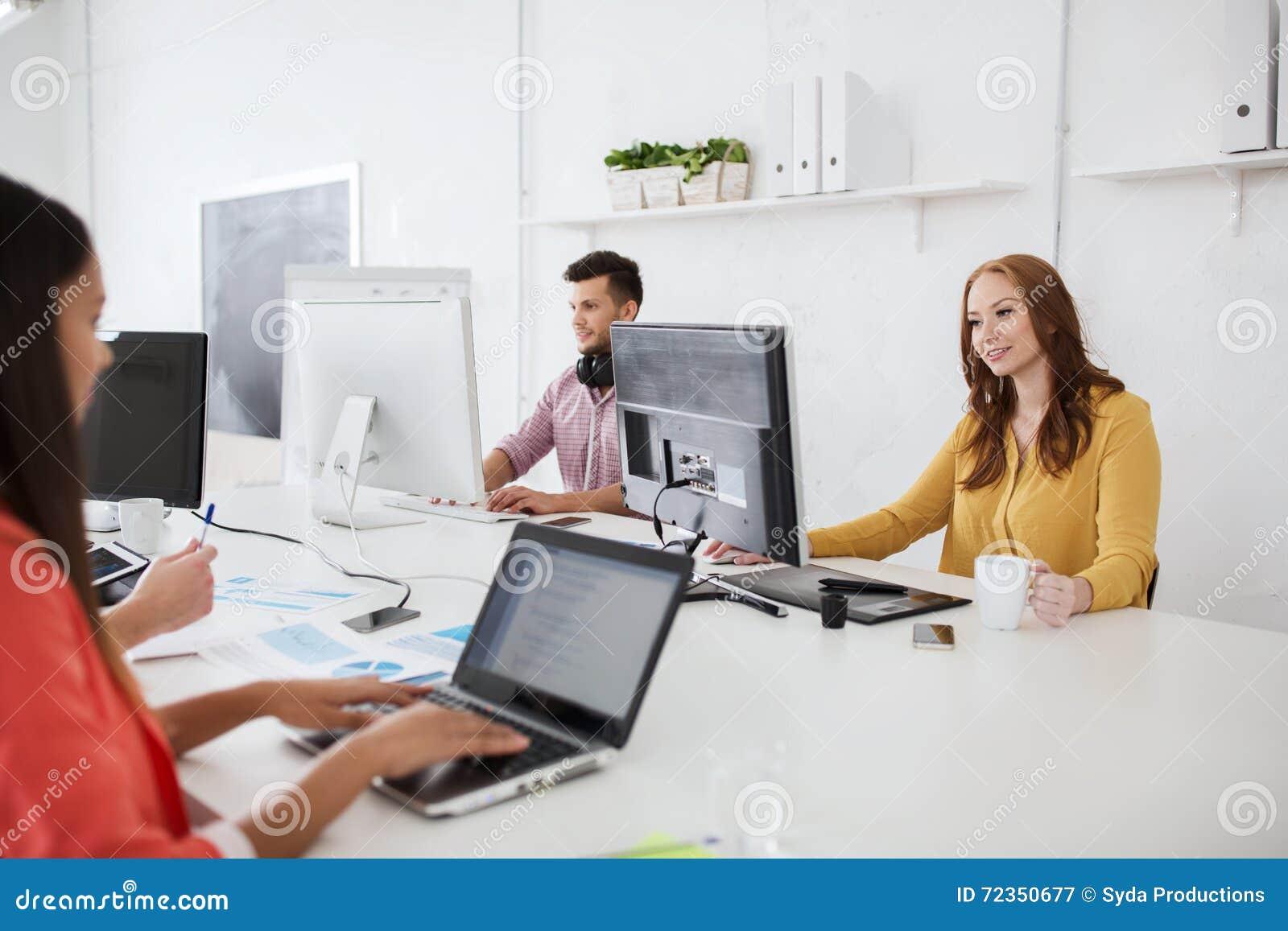 与运转在办公室的计算机的创造性的队