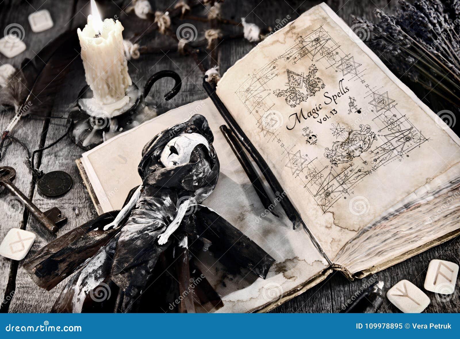 与邪恶的咒语、可怕玩偶、诗歌和灼烧的蜡烛的旧书在板条