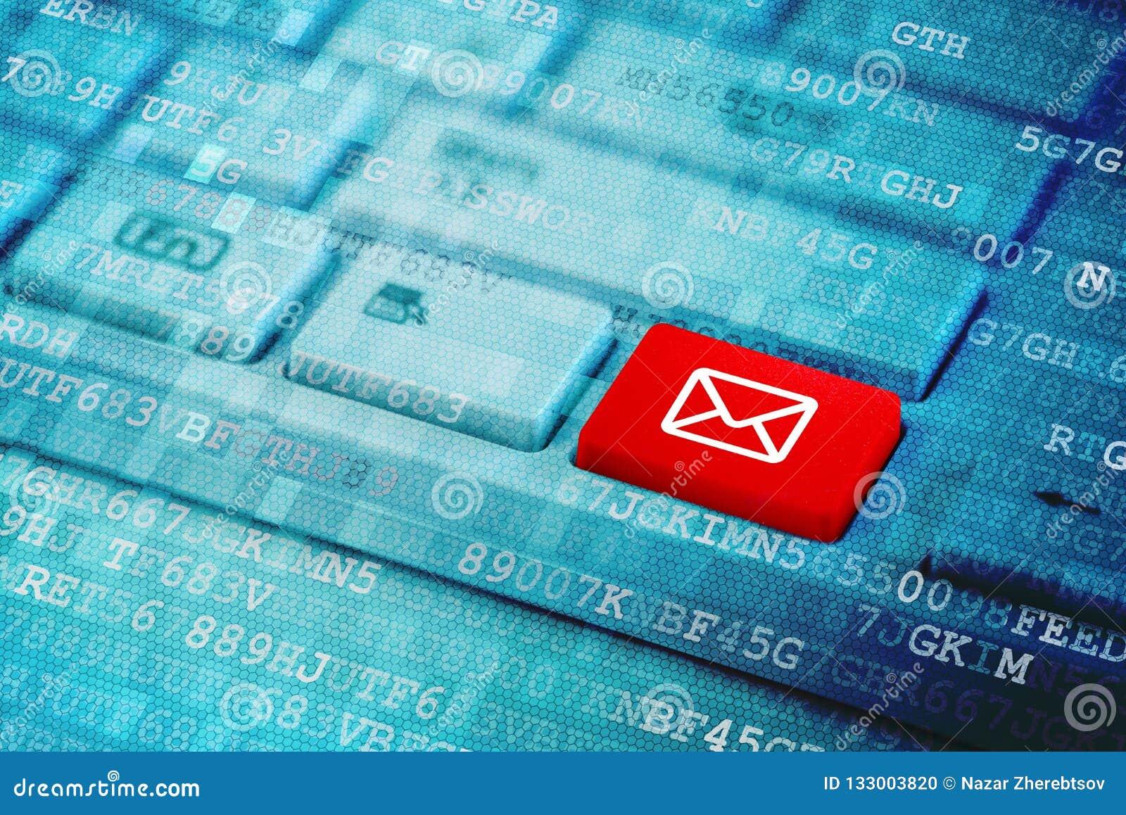 与邮件象标志的红色钥匙在蓝色数字膝上型计算机键盘
