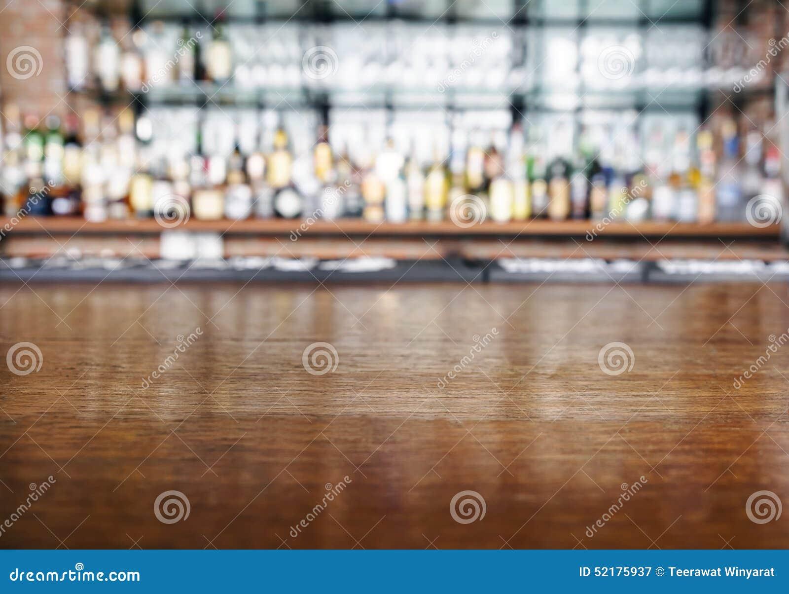 与酒吧的台式木柜台弄脏了背景