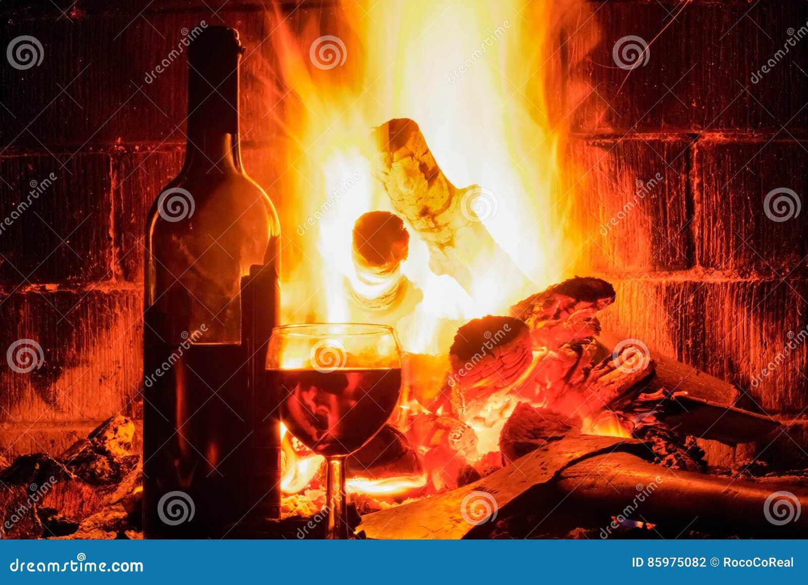 与酒杯和瓶的壁炉