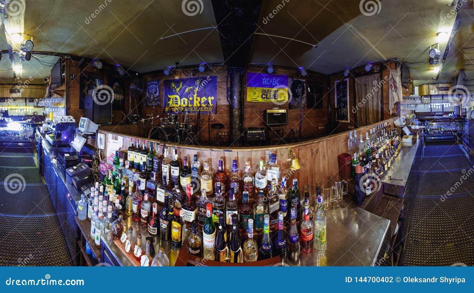 与酒精的酒吧柜台在客栈