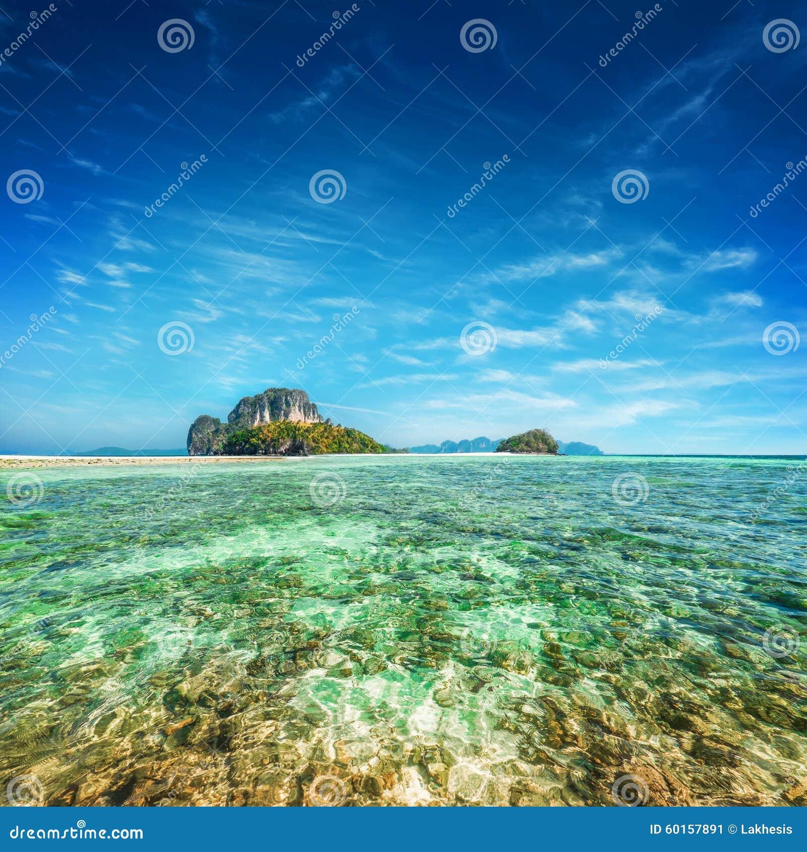 http://tup.66vod.net:888/2015/0974.jpg_与酸值tup海岛的热带海洋风景绿松石水的在蓝天下 泰国,甲米府, ao