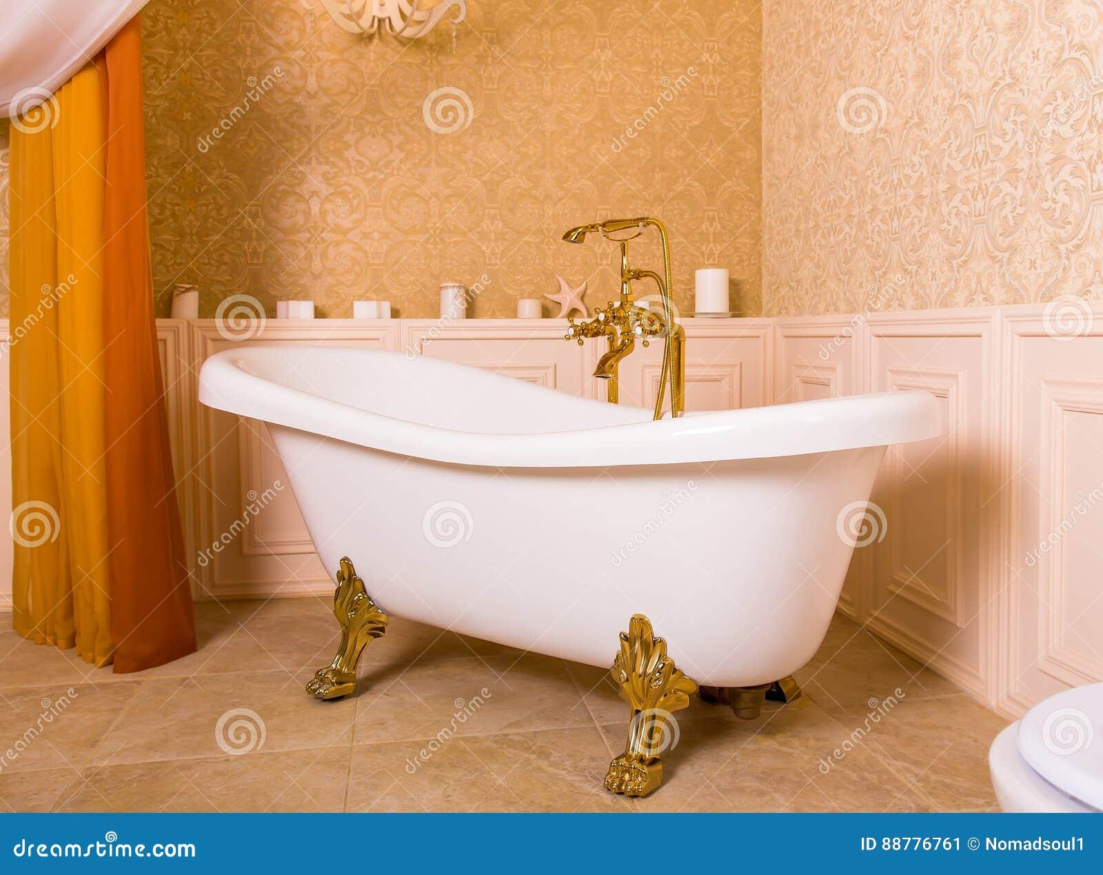 与金卷上面的富有的浴以爪子的形式
