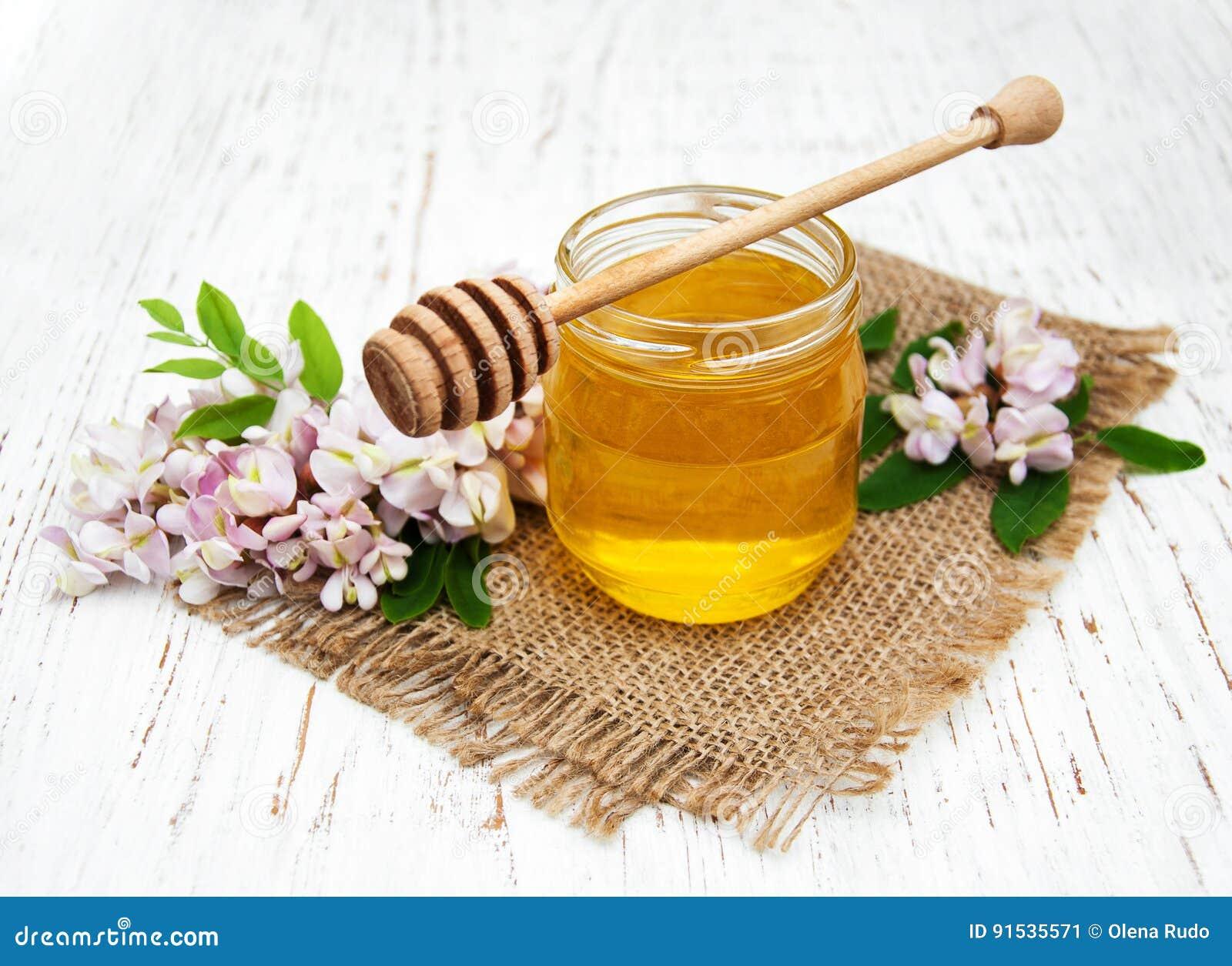 与金合欢开花的蜂蜜