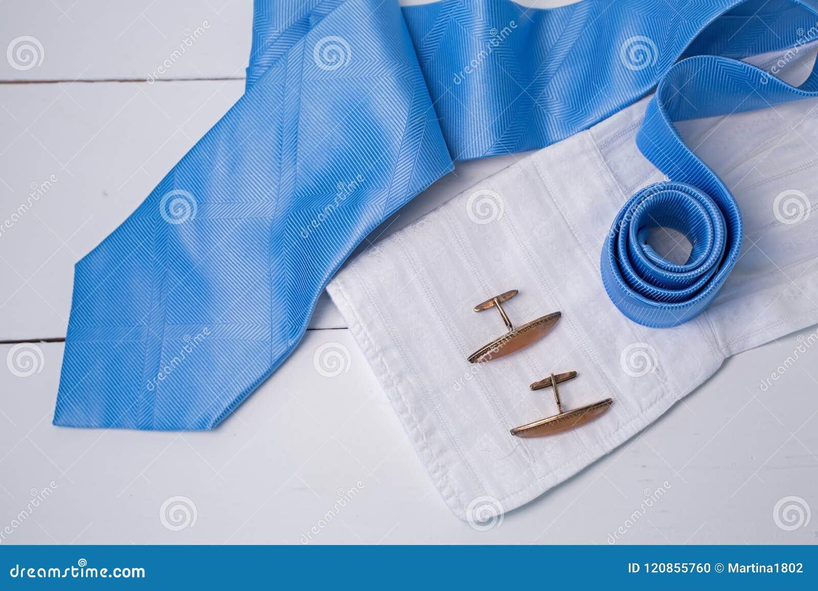 与金袖口和香水的蓝色领带